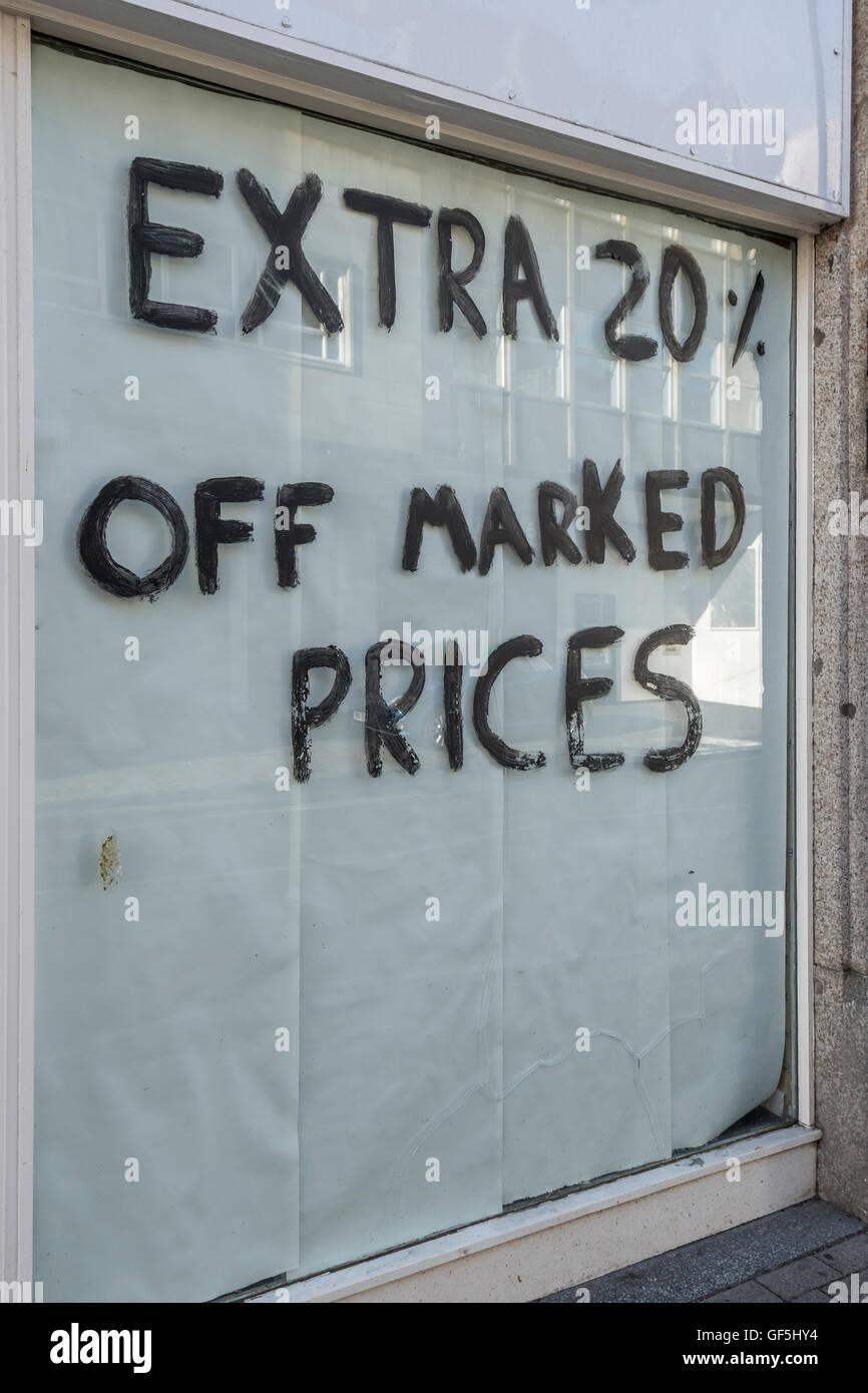 Shop Chiusura segno. Metafora recessione, rallentamento economico, la caduta delle vendite al dettaglio e high street Foto Stock