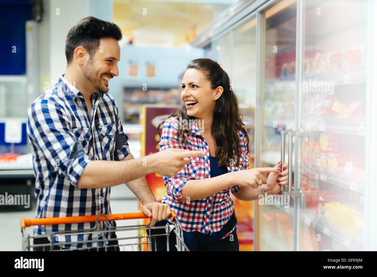 Paio di shopping insieme nel supermercato Immagini Stock