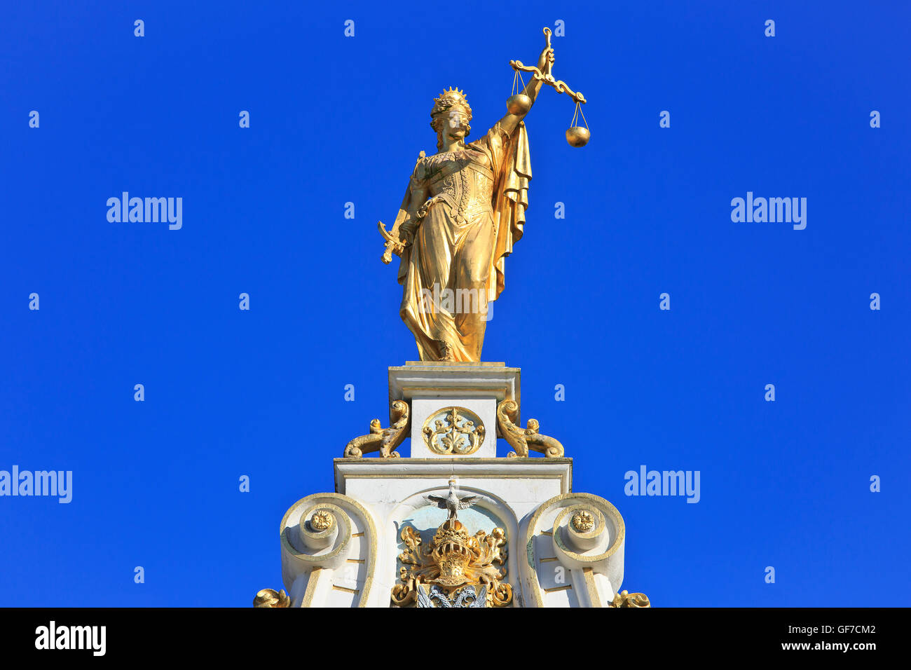 Close-up di una donna bendata Giustizia (Justitia) sulla parte superiore del vecchio Registro Civile (1534-1537) Foto Stock