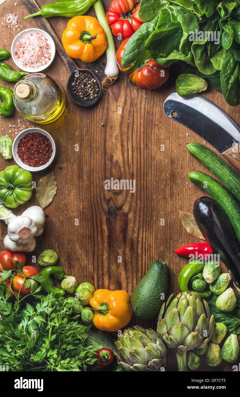 Crudo fresco ingredienti vegetali per una sana cucina insalata o facendo su sfondo di legno, copia dello spazio Immagini Stock