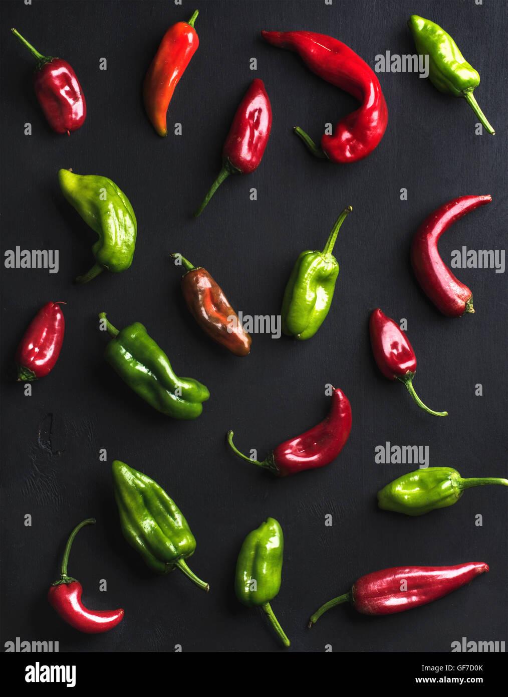 Modello di piccola colorata Hot Chili Peppers su sfondo nero Immagini Stock