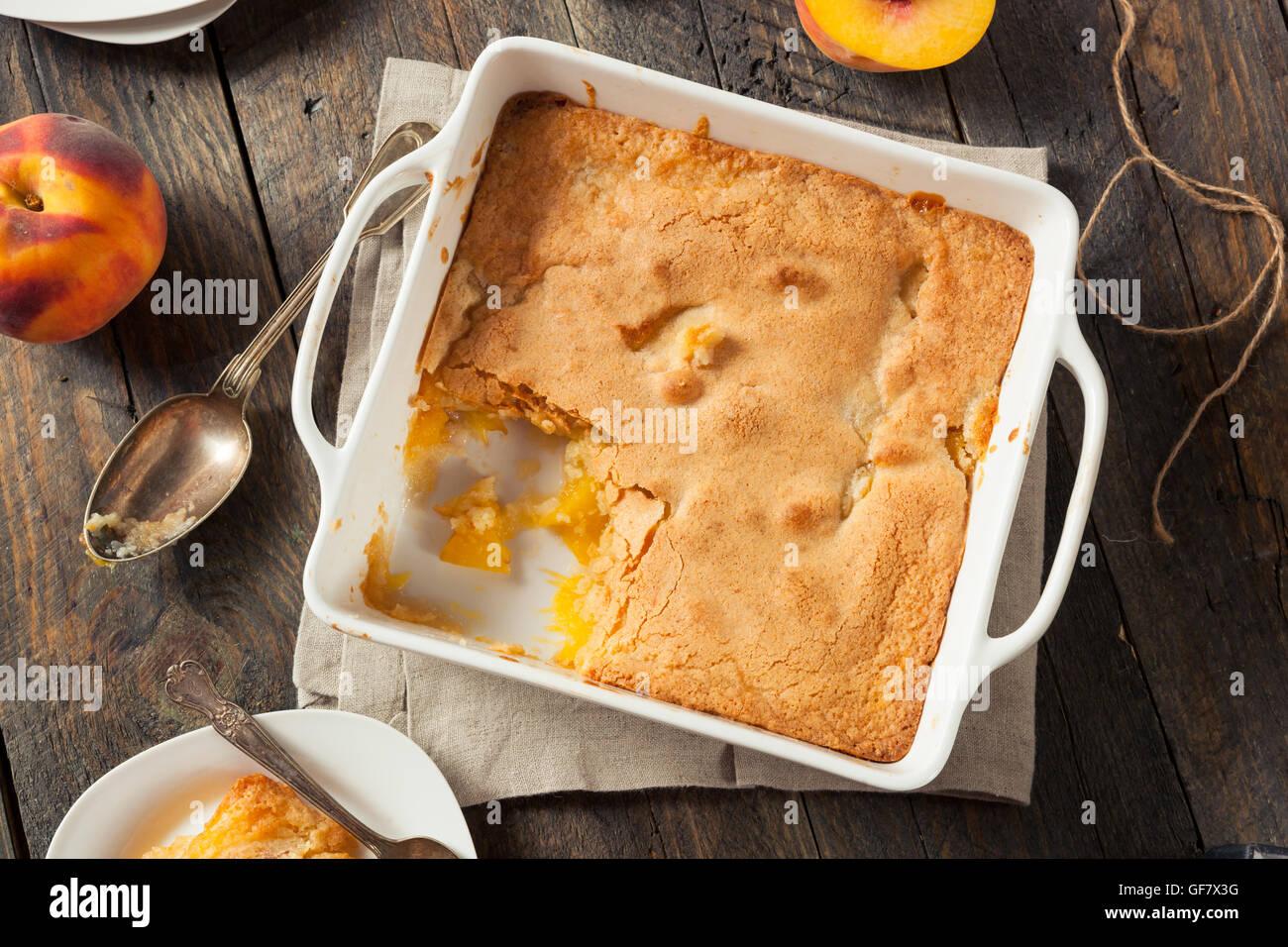 Deliziosa casa Peach Cobbler con una crosta di pasta Immagini Stock