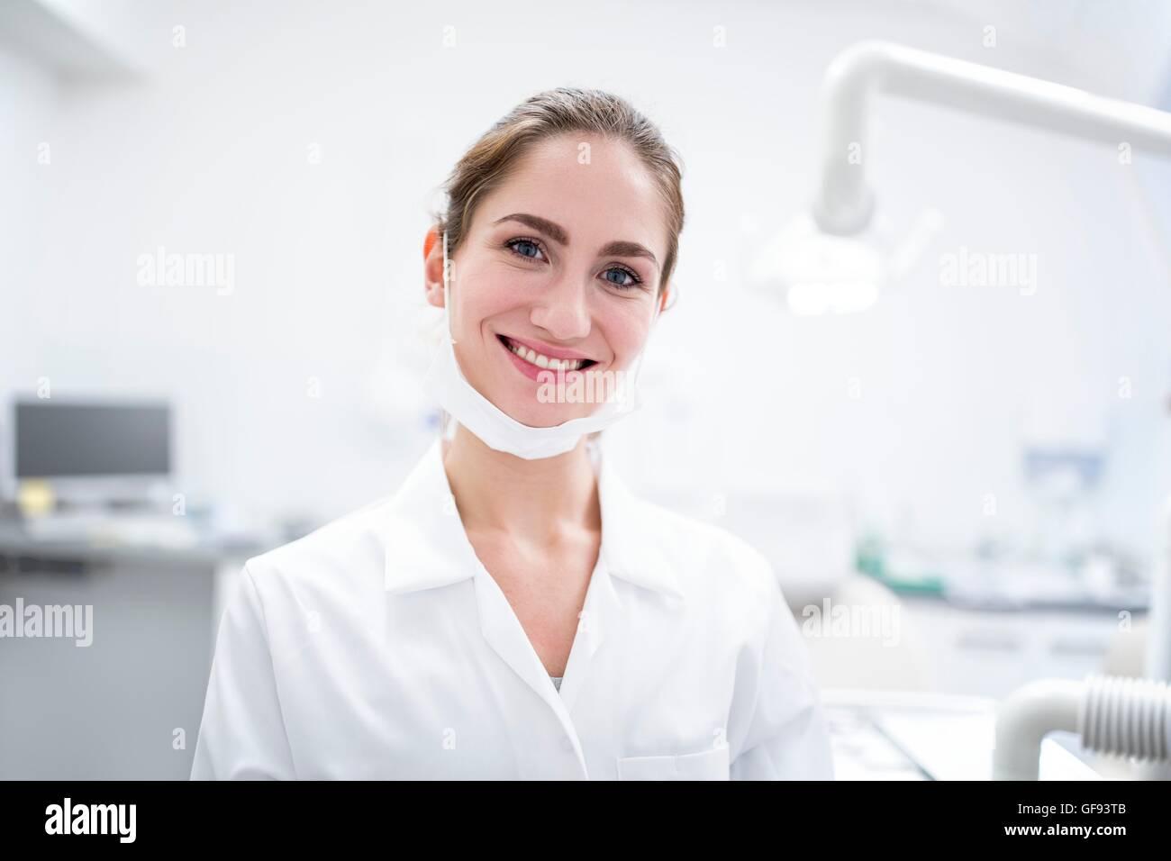 Modello rilasciato. Close-up di giovane donna dentista, ritratto. Foto Stock