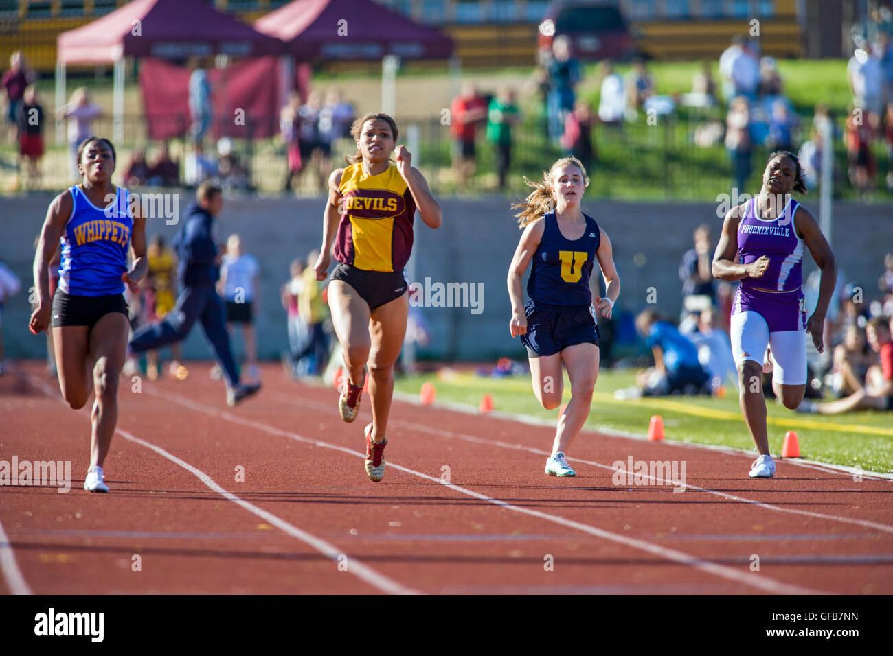 Femmina di alta scuola gli studenti competere all'Henderson Invitational Track & Field soddisfare Immagini Stock