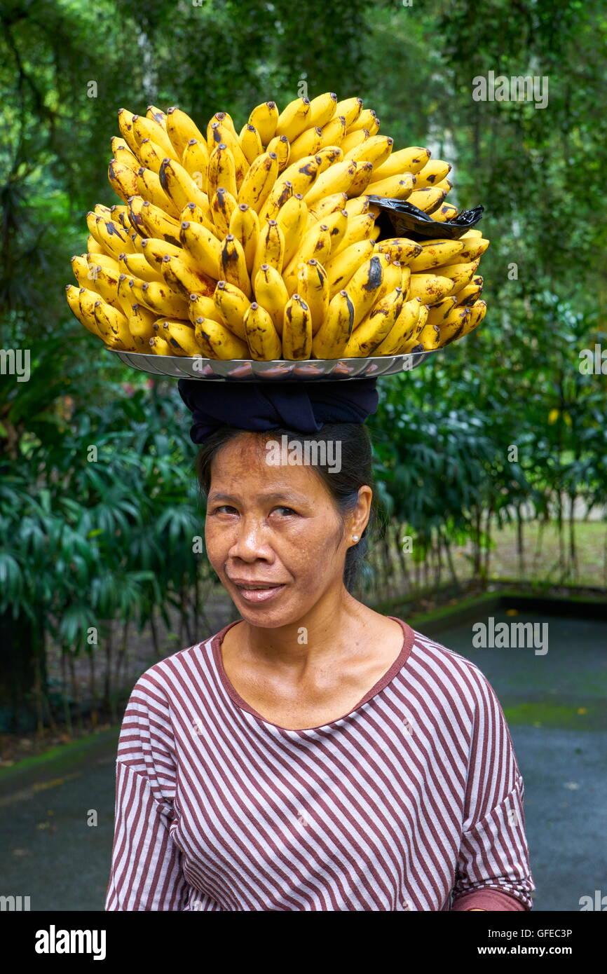 Ritratto di donna locale la vendita delle banane, Bali, Indonesia Immagini Stock