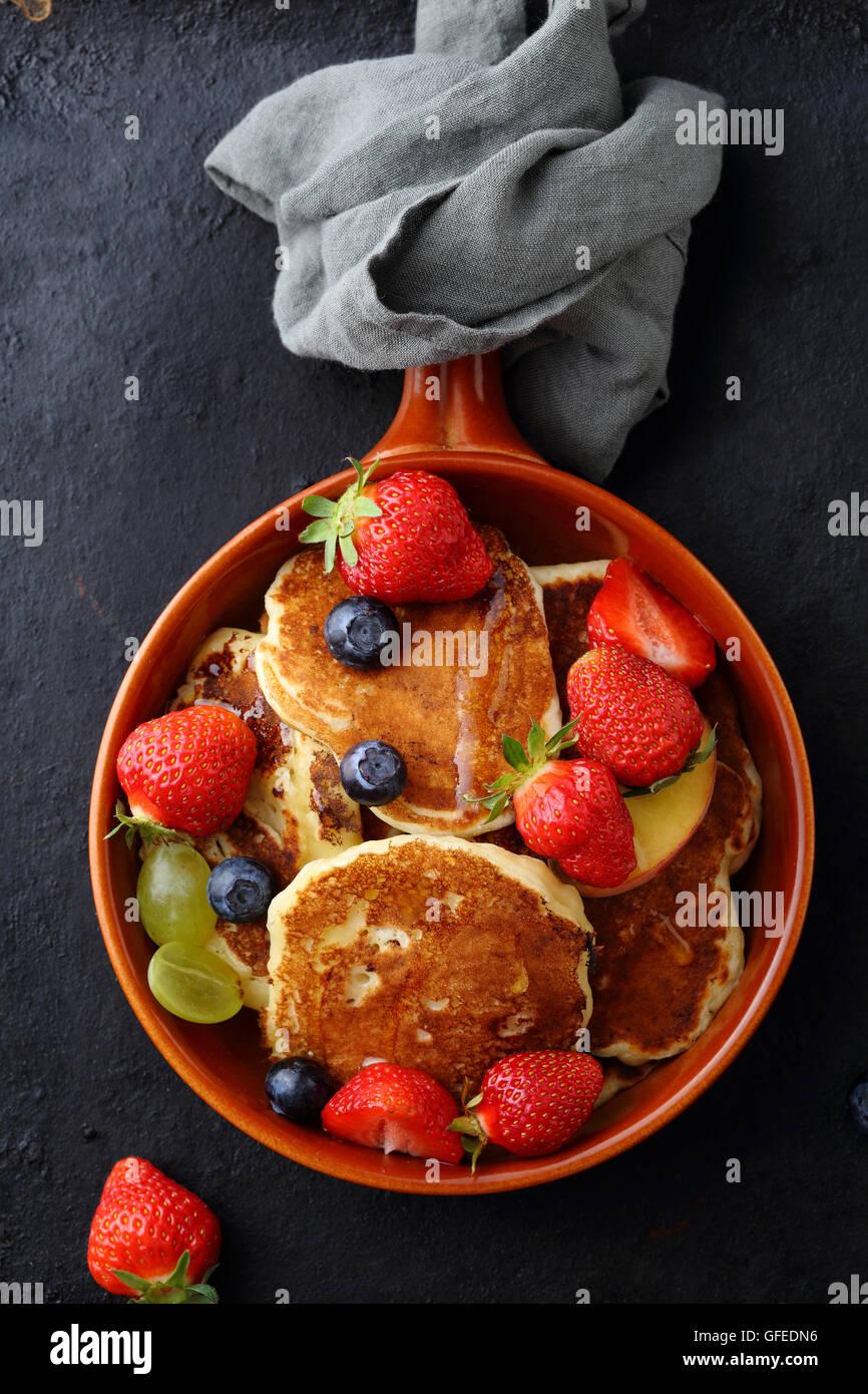Frittelle calde con frutti di bosco, prima colazione Immagini Stock
