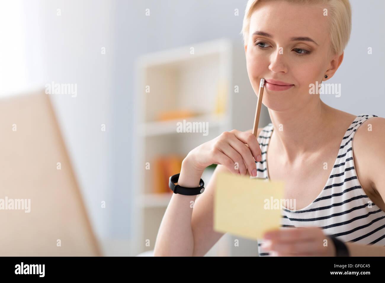 Donna verificare alcuni dettagli Immagini Stock