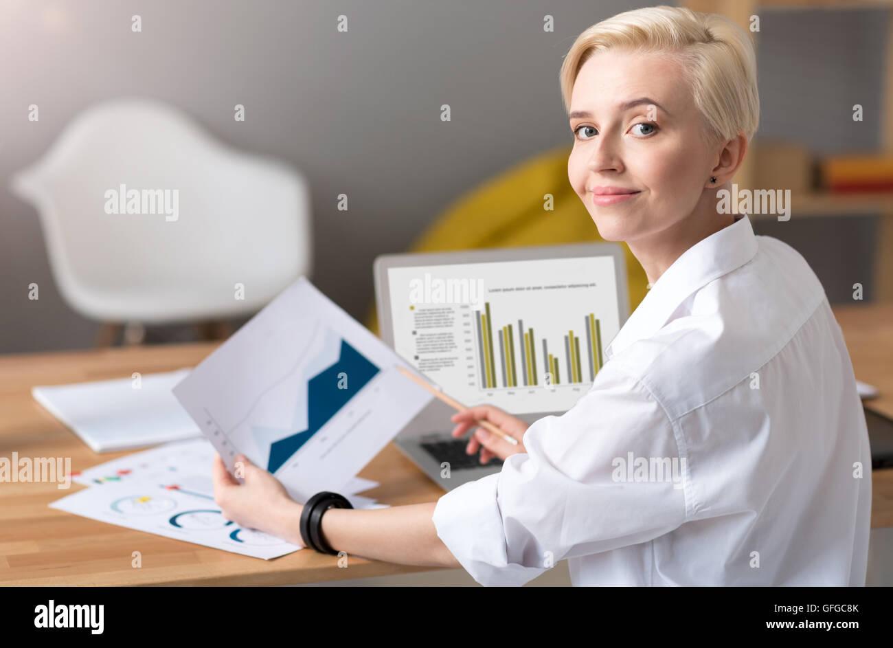 Donna analizzando alcuni schemi sul tavolo Immagini Stock