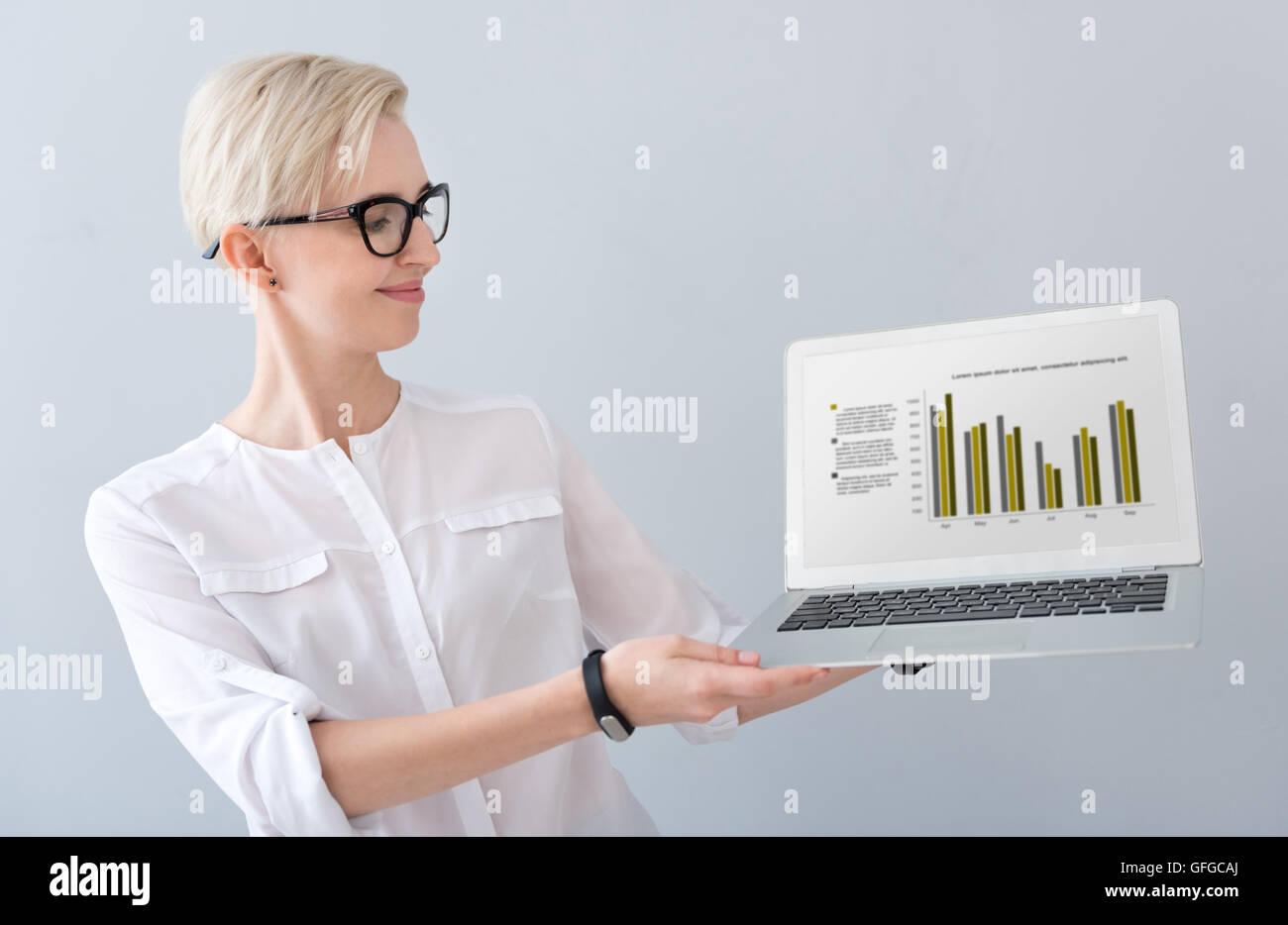 Donna presentando gli schemi sul computer portatile Immagini Stock