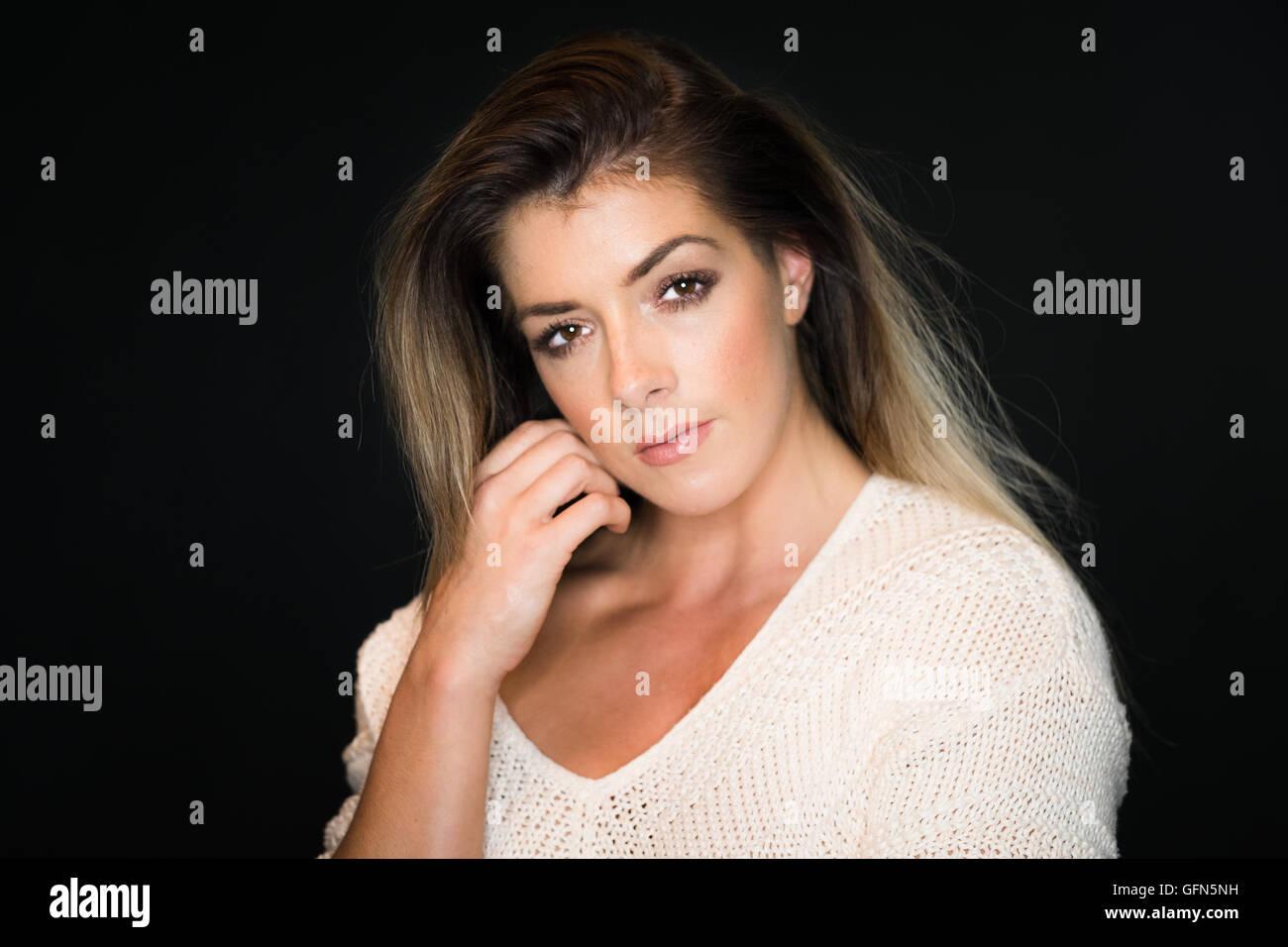 Ritratto in studio di un attraente, fiducioso donna nella sua 20s Foto Stock