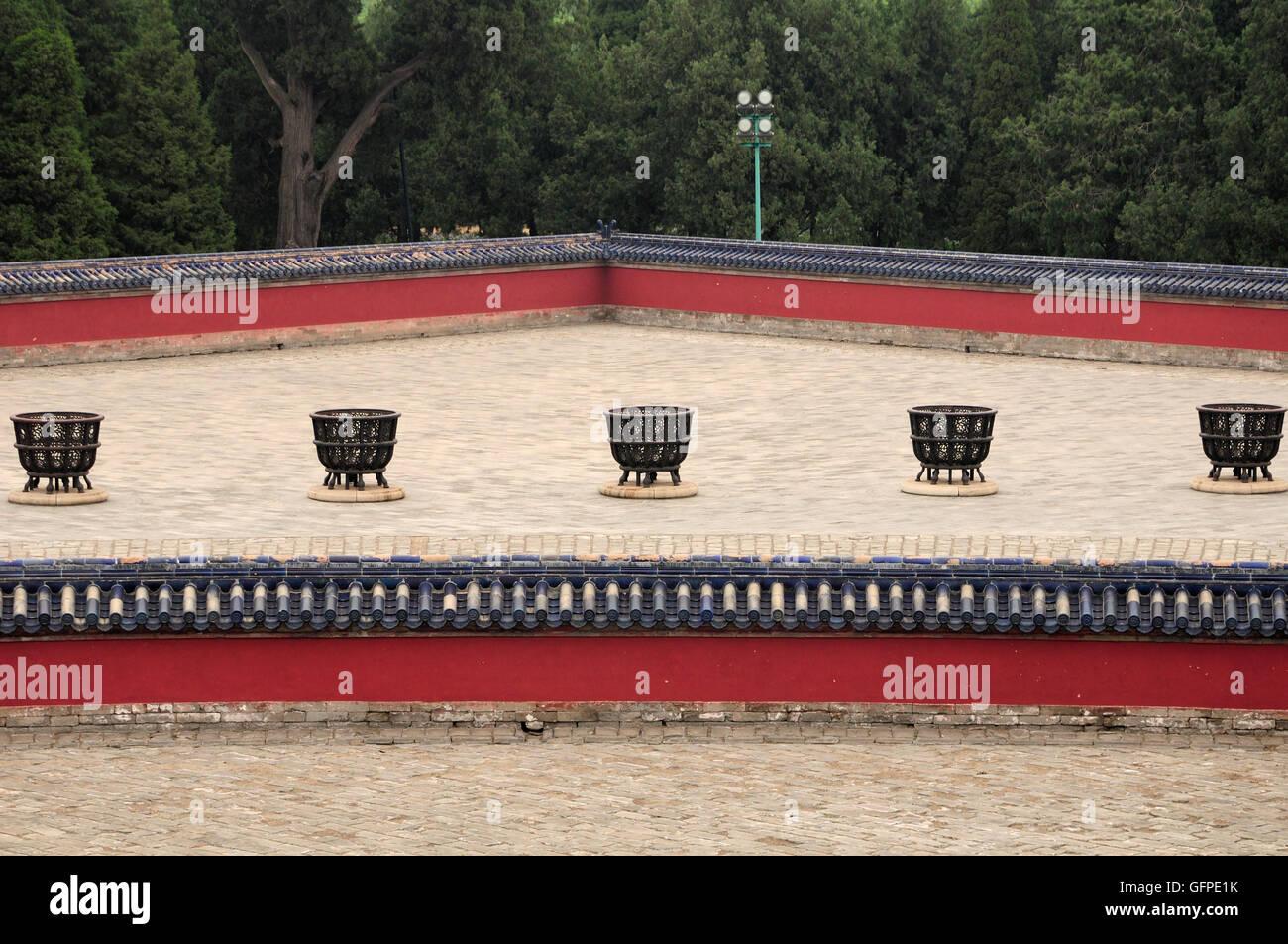 Fire pit e mura che circondano i cancelli Lingxing situato nel Parco Tiantan o il tempio del cielo scenic area a Beijing in Cina. Foto Stock