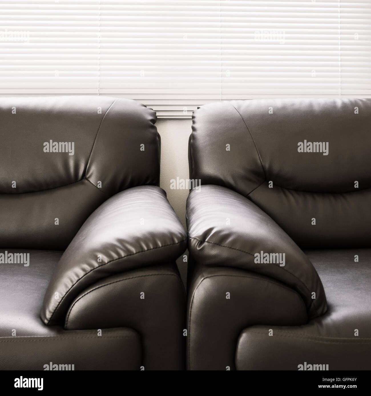 Divani pelle nera mobili in soggiorno Foto & Immagine Stock ...