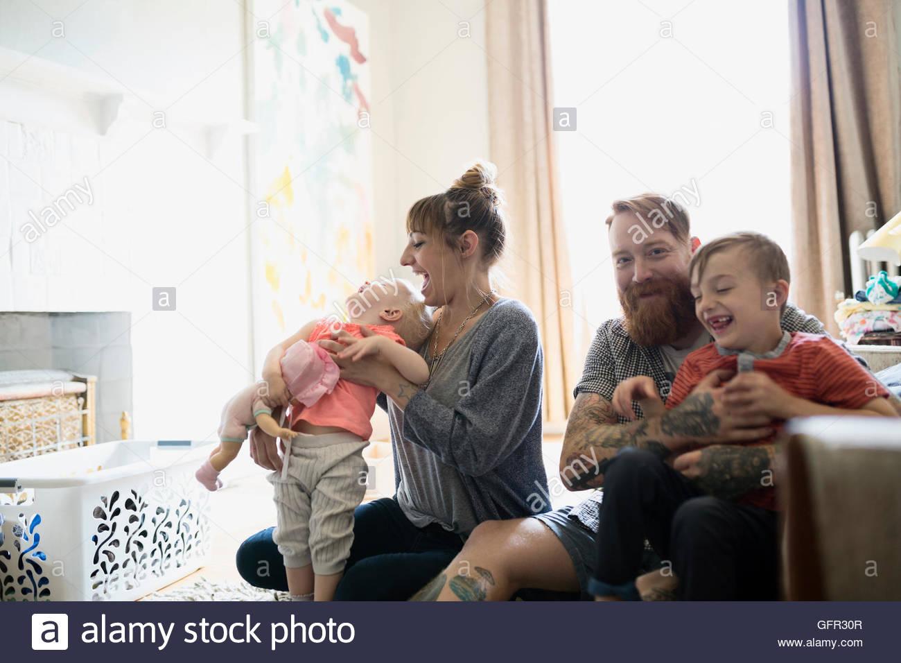 Felice giovane famiglia in soggiorno Immagini Stock