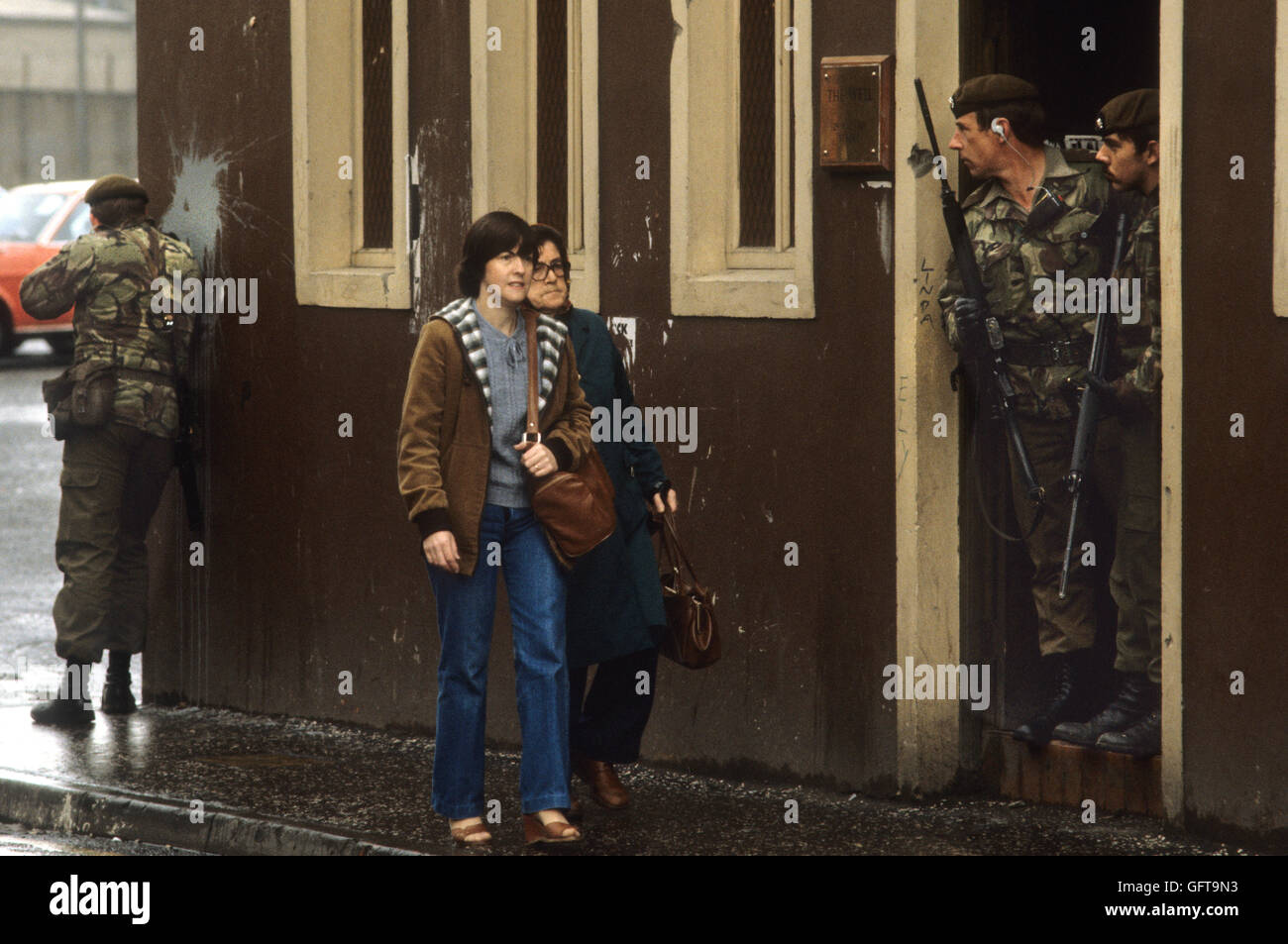 Guai Belfast Irlanda del Nord degli anni ottanta. Soldati britannici di pattuglia 80s HOMER SYKES Immagini Stock