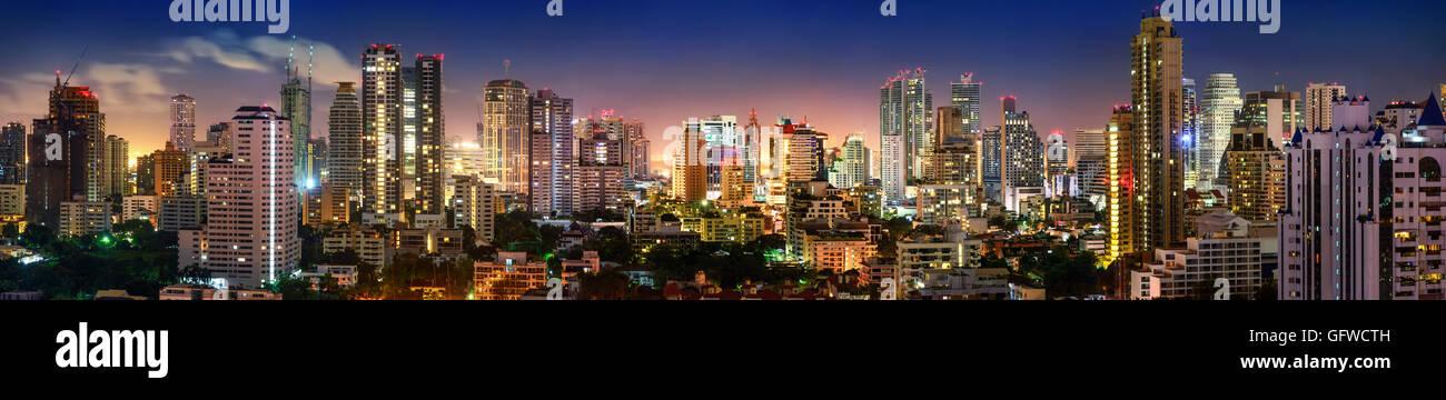 Città di Bangkok Sukhumvit skyline notturno Panorama Immagini Stock