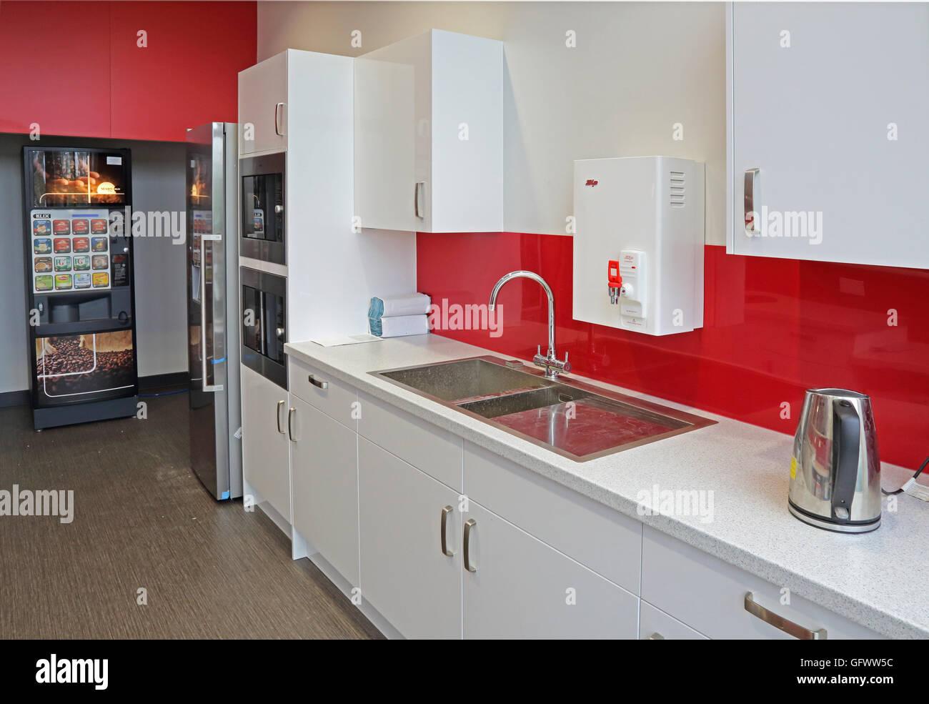 Smart personale area benessere in una nuova fabbrica che mostra cucina attrezzata e distributori automatici Immagini Stock