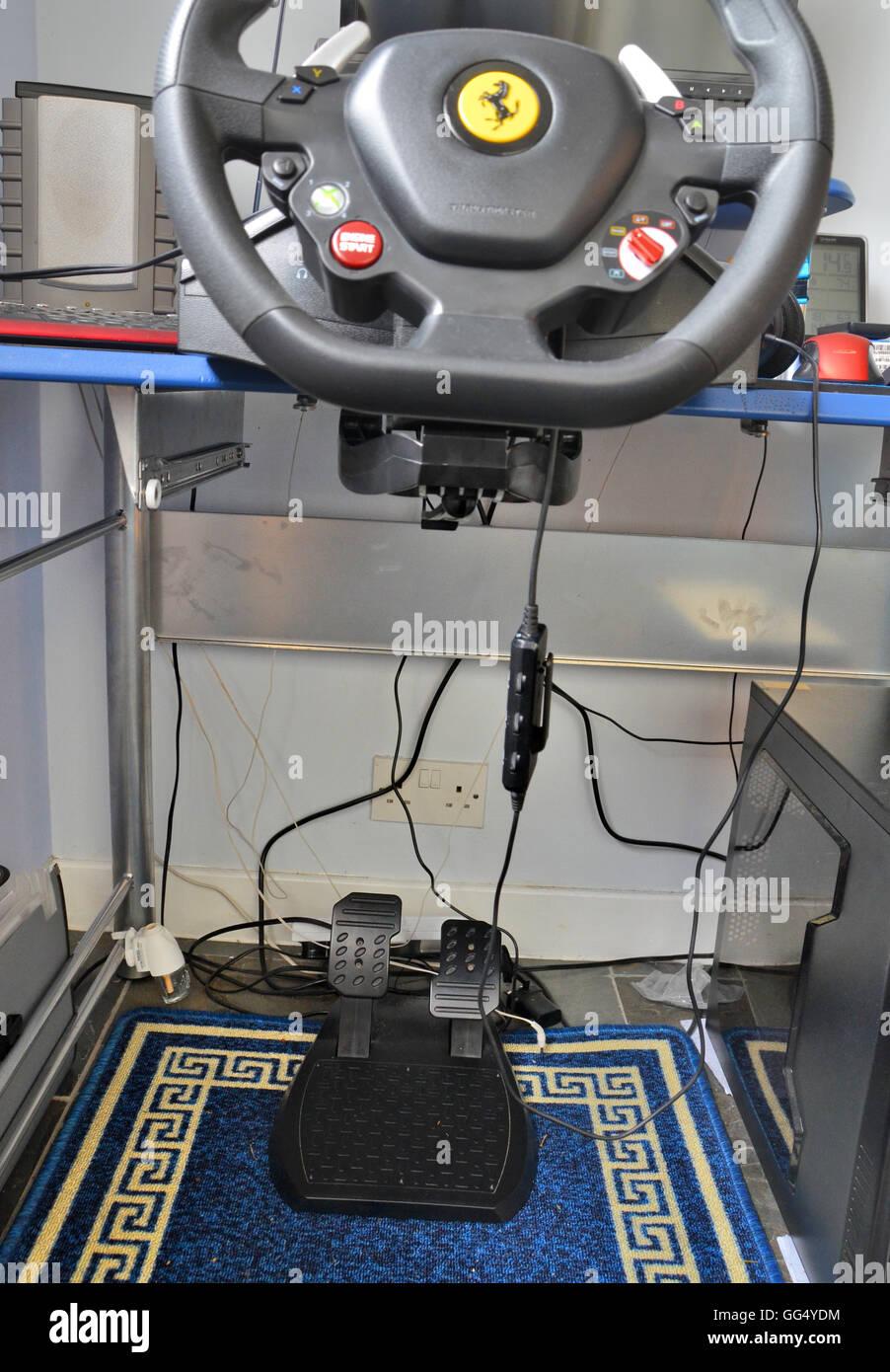 Computer gaming rig - include il volante assemblato al desktop e i pedali freno e acceleratore e altoparlanti. Immagini Stock