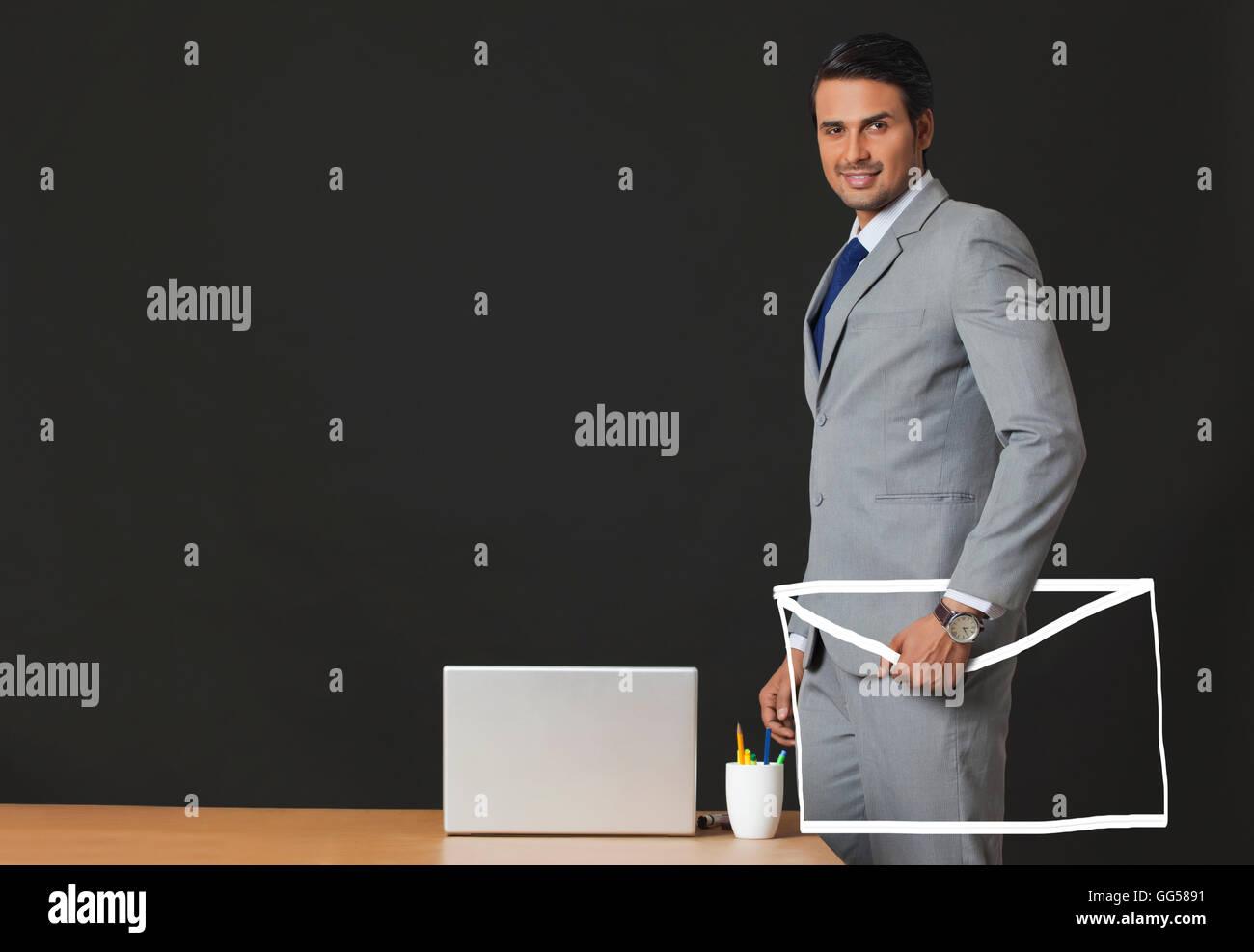 Generati digitalmente immagine del commerciante indiano holding e-busta in ufficio Immagini Stock