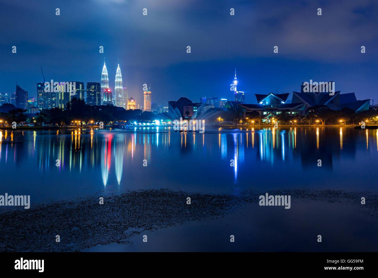Kuala Lumpur skyline notturno come visto da Titiwangsa laghi, Kuala Lumpur, Malesia Immagini Stock