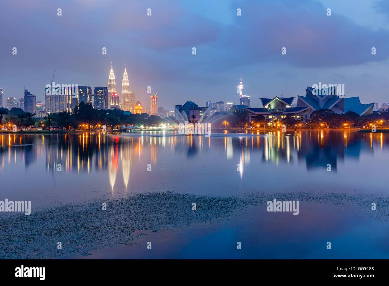 Kuala Lumpur skyline al tramonto visto da Titiwangsa laghi, Kuala Lumpur, Malesia Immagini Stock