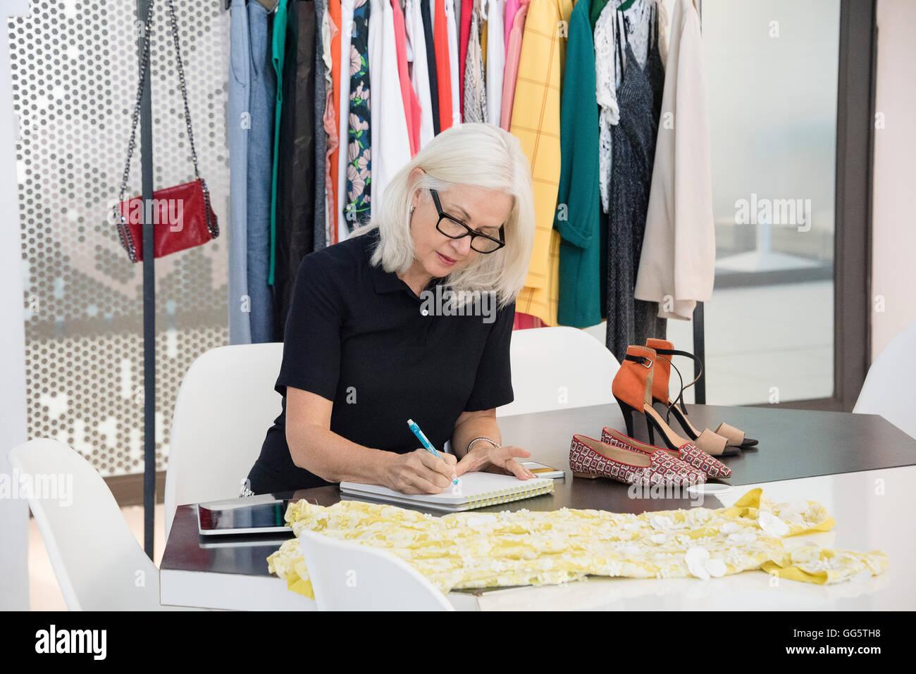 Moda femminile designer che lavora nel suo ufficio Immagini Stock