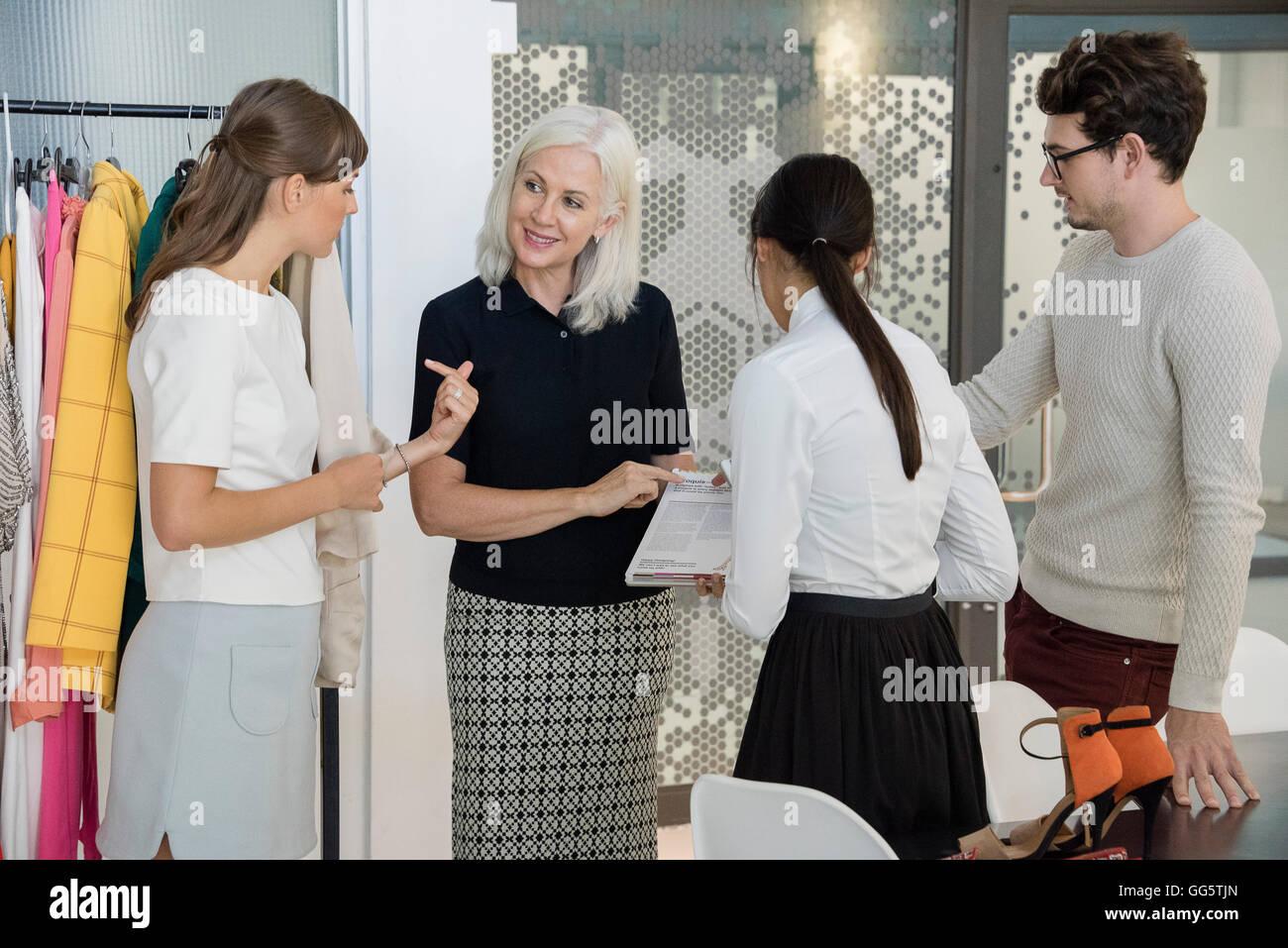 Progettazione professionisti che lavorano in abbigliamento design studio Immagini Stock