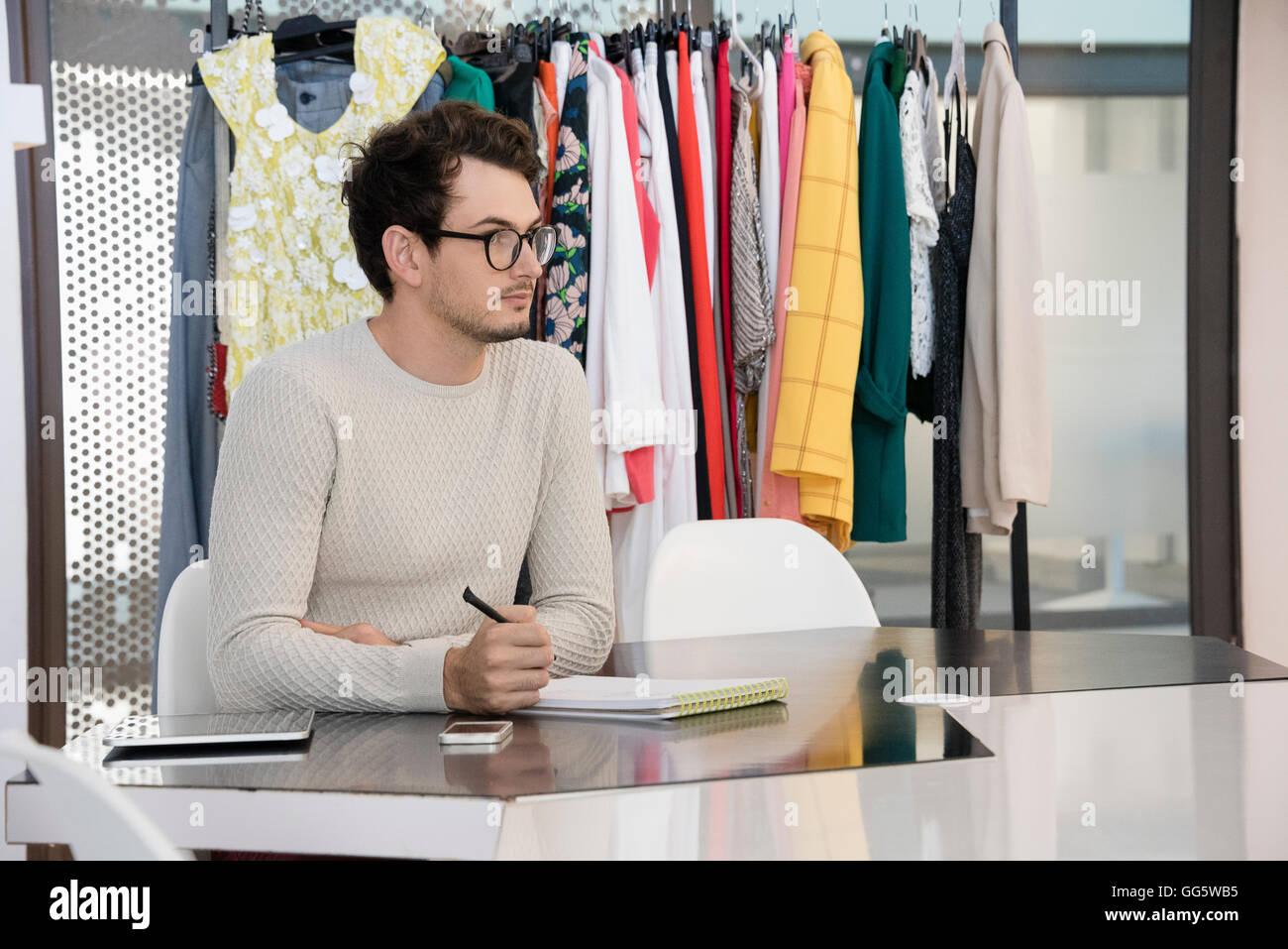 Design professionale lavorando in abbigliamento design studio Immagini Stock
