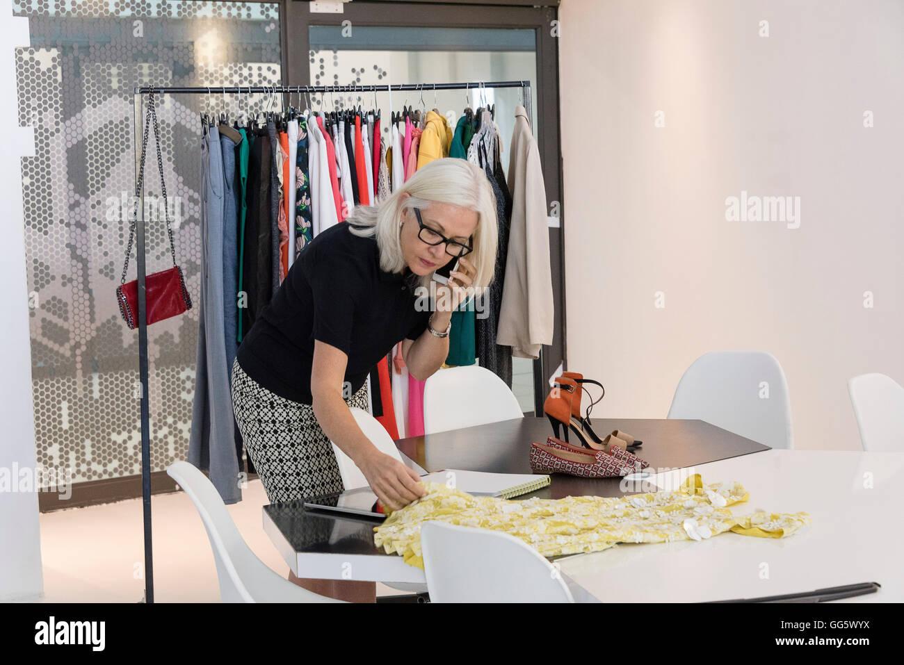 Fashion designer che lavora nel suo studio Immagini Stock