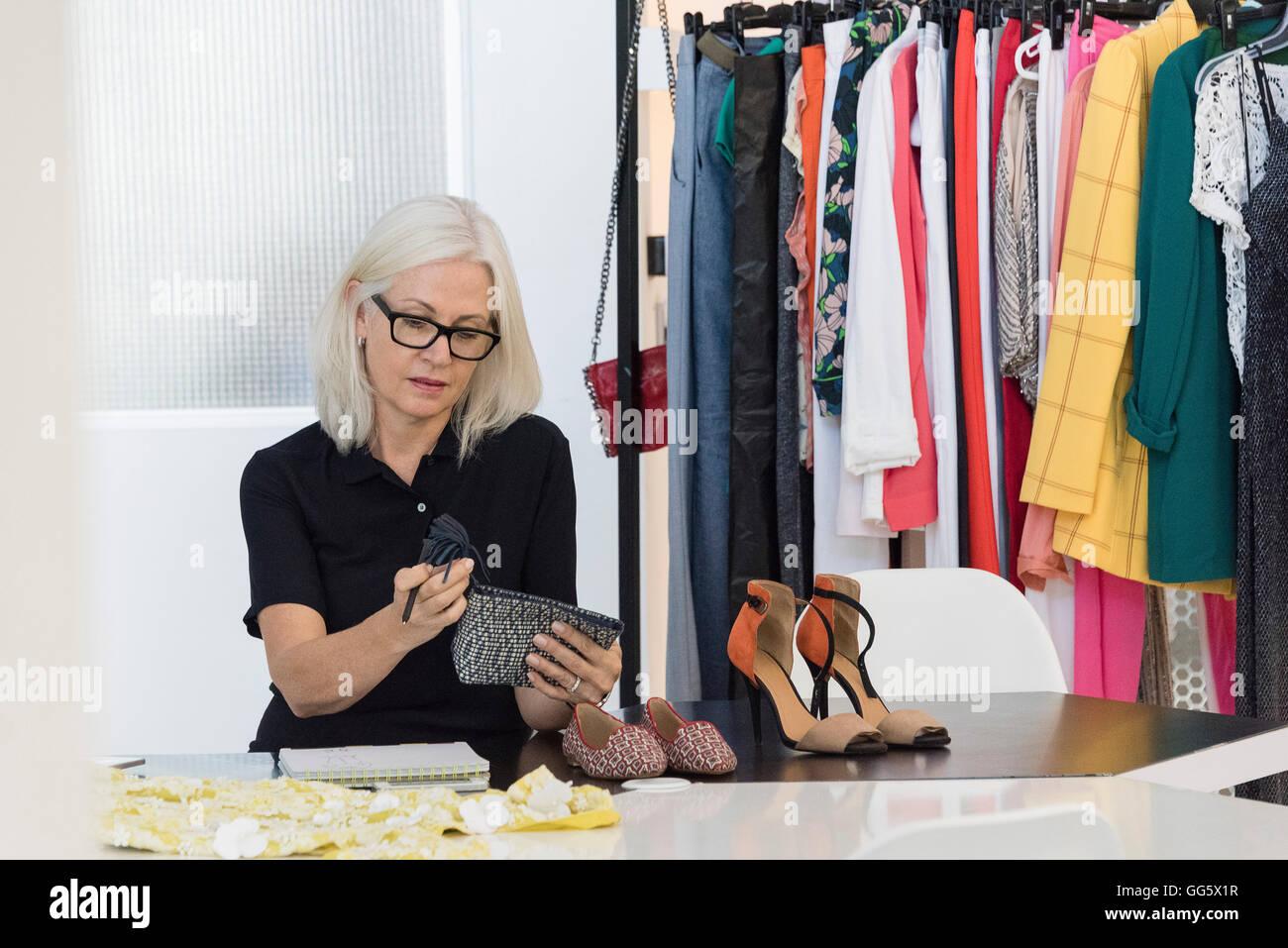Abito femminile designer che lavora nel suo negozio Immagini Stock