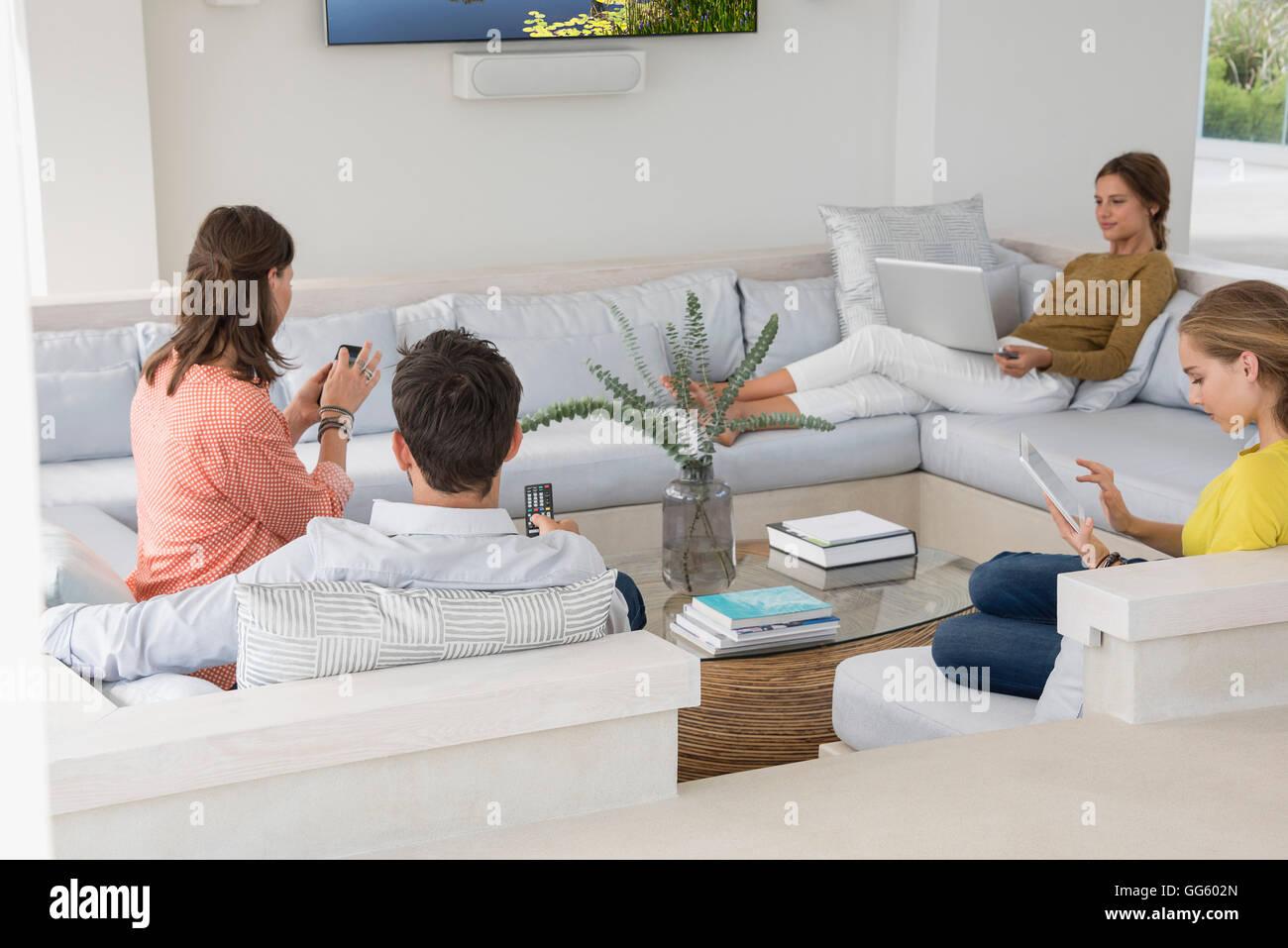 Famiglia in soggiorno occupato in attività diverse Foto & Immagine ...