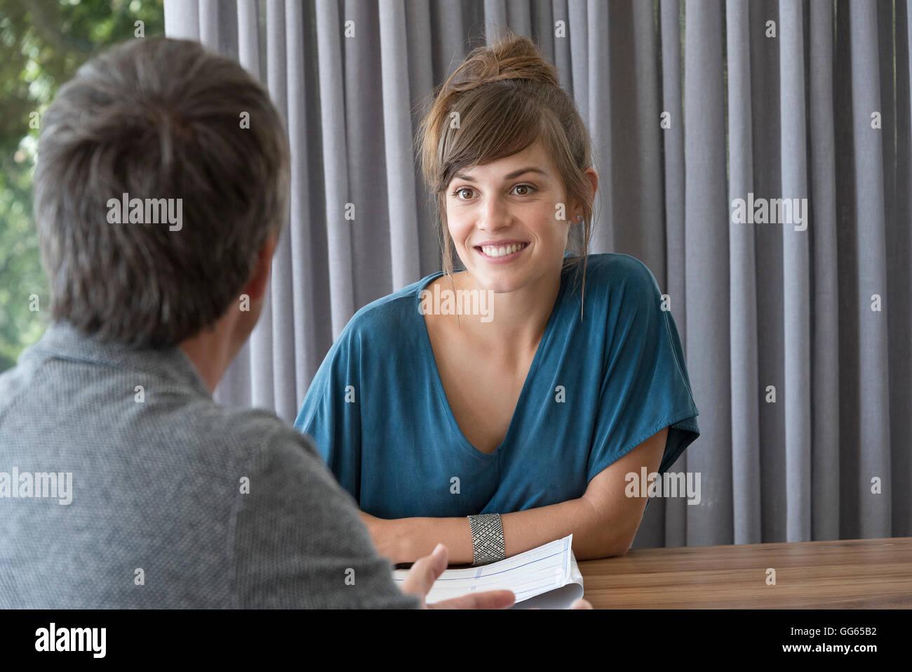 Giovane donna in riunione con il consulente in un ufficio Immagini Stock