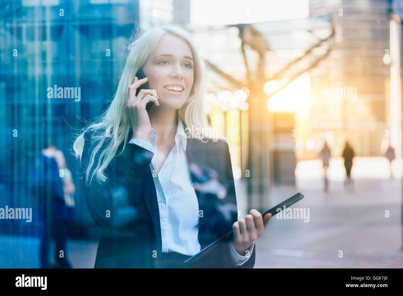 Imprenditrice utilizzando un telefono cellulare Immagini Stock