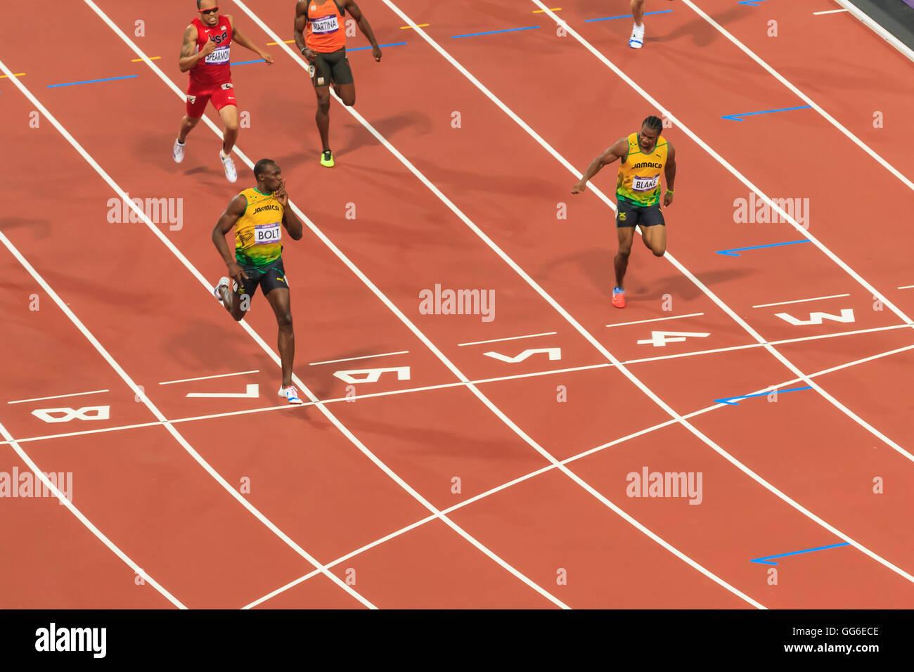 Usain Bolt che incrocia la linea con il dito per labbra, guarda Yohan Blake, Uomini 200m Finale, Londra 2012, Giochi Immagini Stock