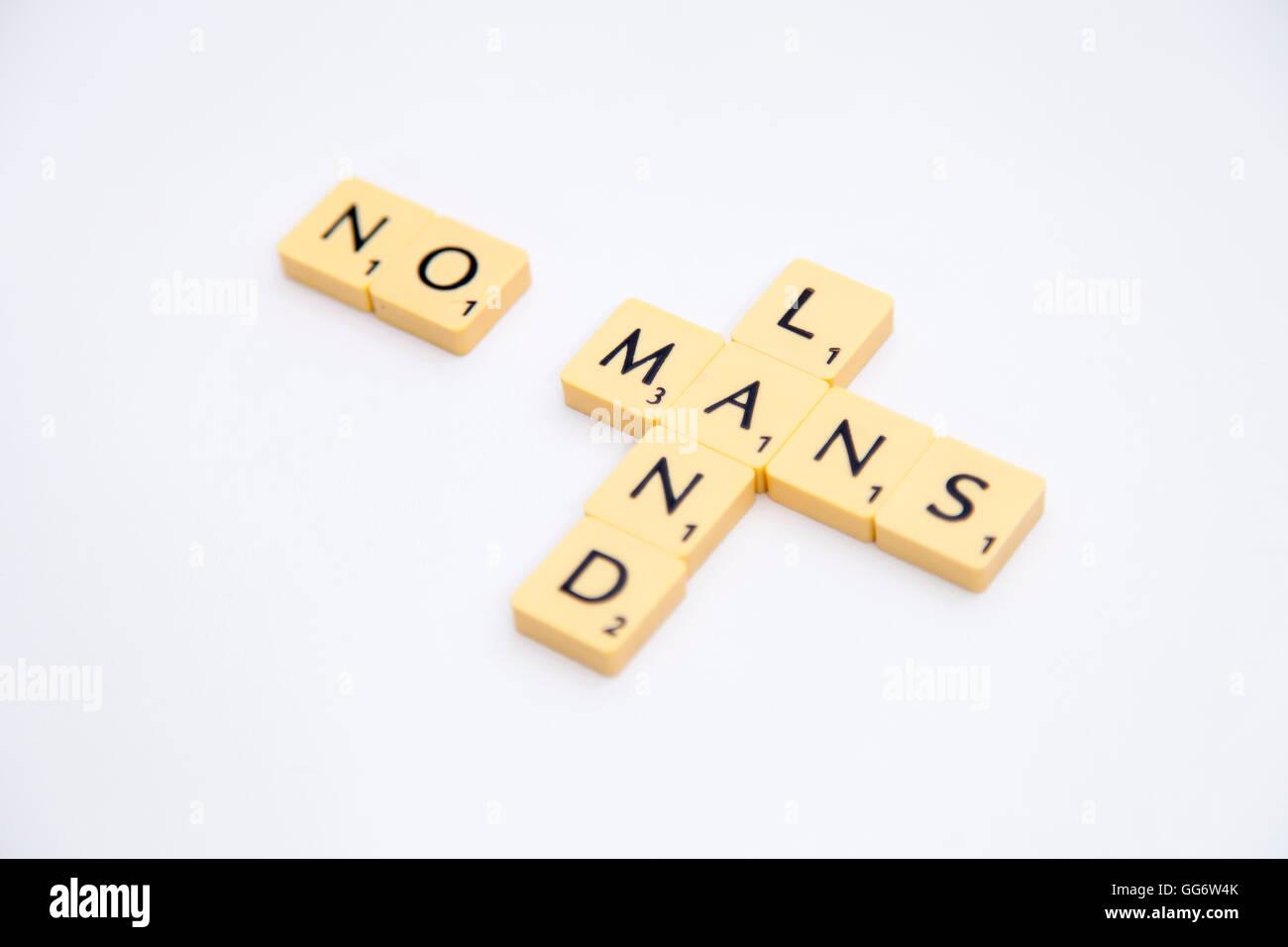 Scrabble piastrelle con lettere su di essi la compitazione dei no
