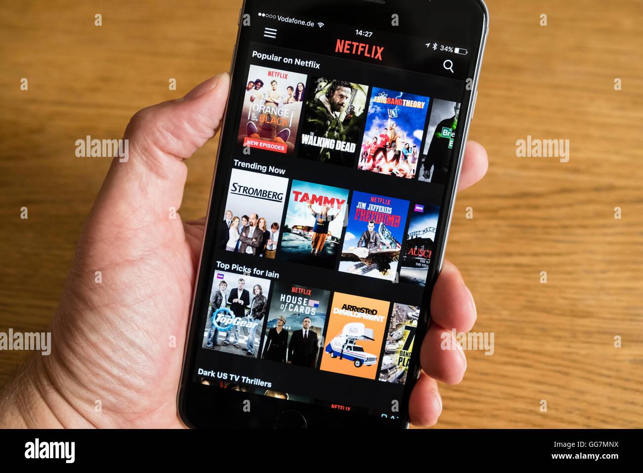 Dettaglio di streaming di Netflix catchup service app schermo su iPhone 6 smart phone Immagini Stock