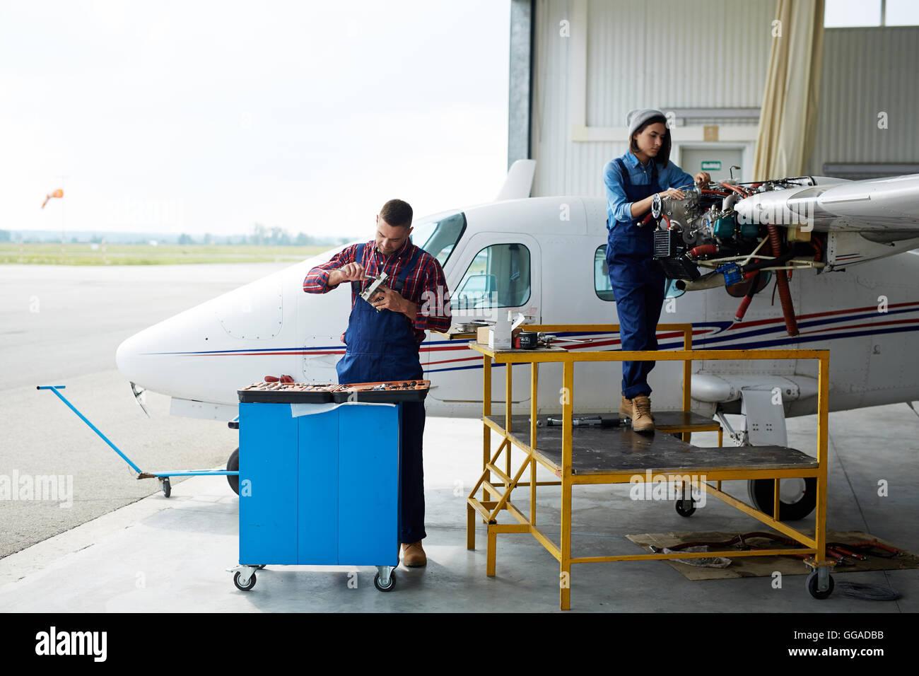 Ingegneri la riparazione di aeroplano Immagini Stock