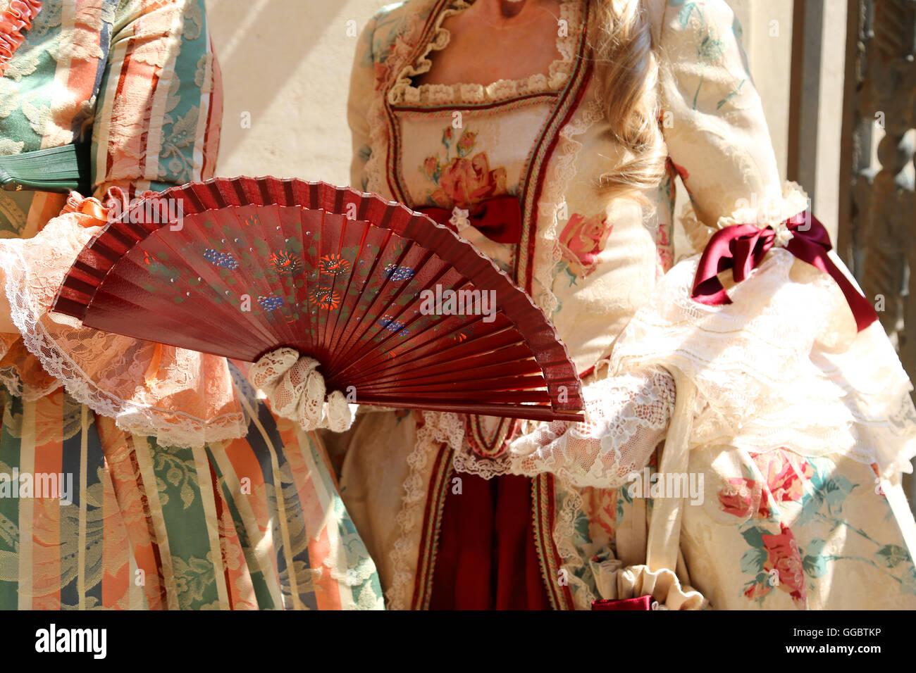 Donna con un antico cerimoniale abito e la ventola in mano con guanto  bianco Immagini Stock 571a5940b900
