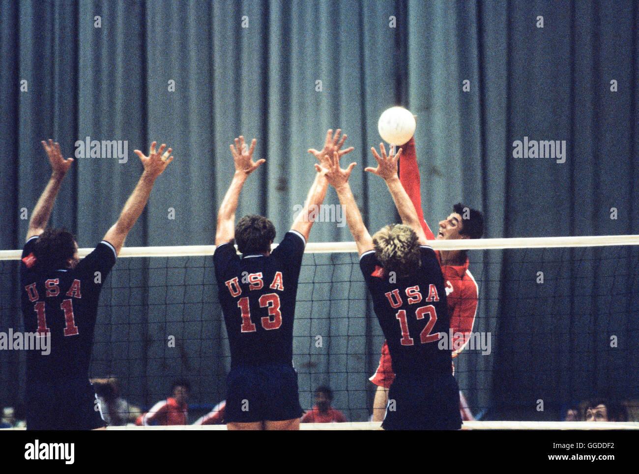 Stati Uniti d'America uomini 1984 Olympic squadra di pallavolo in azione a Long Beach Arena Immagini Stock