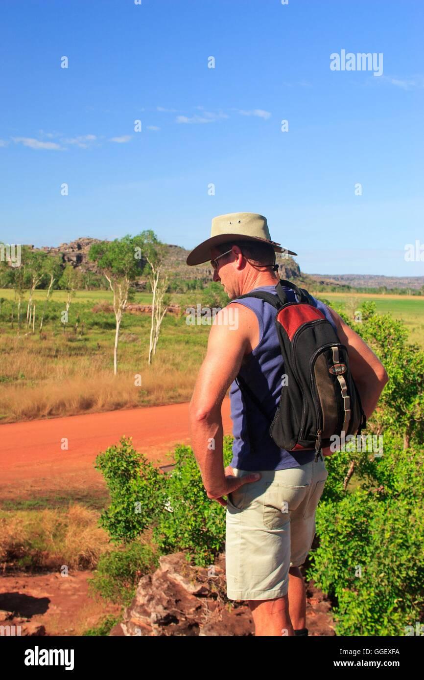 Un viaggiatore sorge sulla sommità di un ampio sperone roccioso in Arnhemland. Immagini Stock