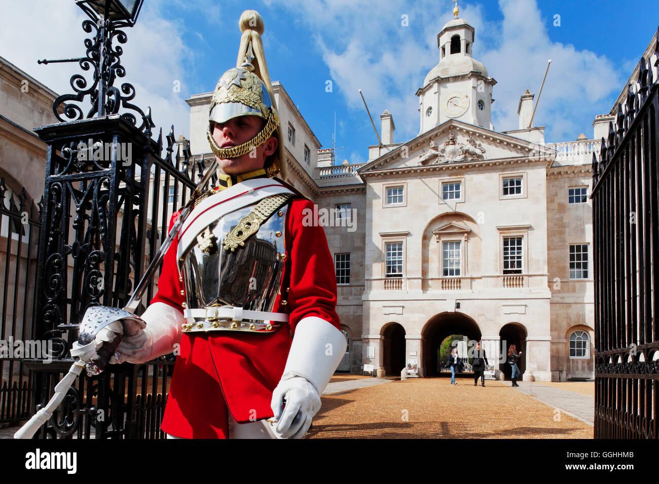 Guardia a la sfilata delle Guardie a Cavallo, Whitehall, Westminster, London, England, Regno Unito Immagini Stock