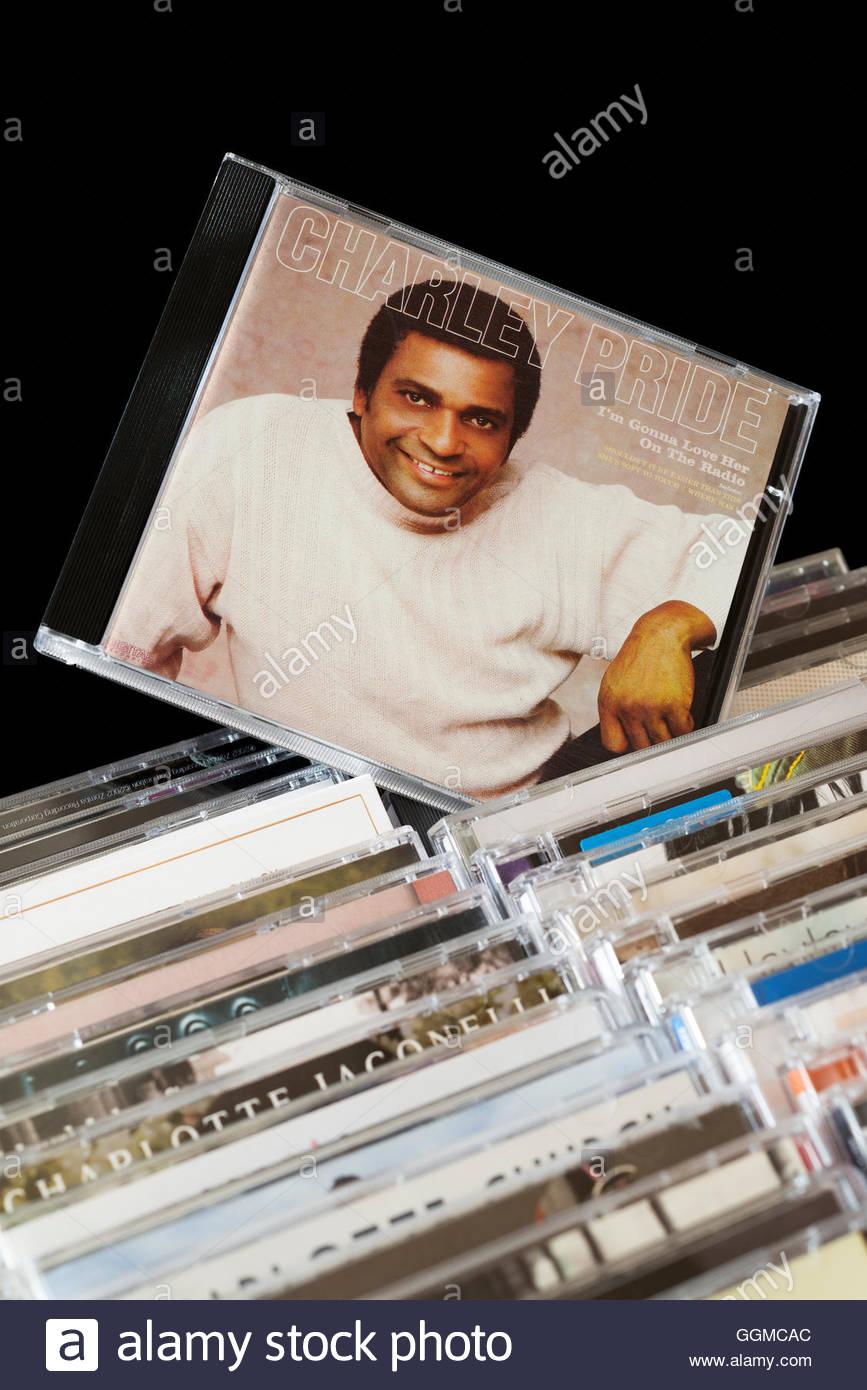 Charley Pride mi stupirà il suo amore sulla Radio CD tirata fuori dal tra i filari di altri CD Immagini Stock