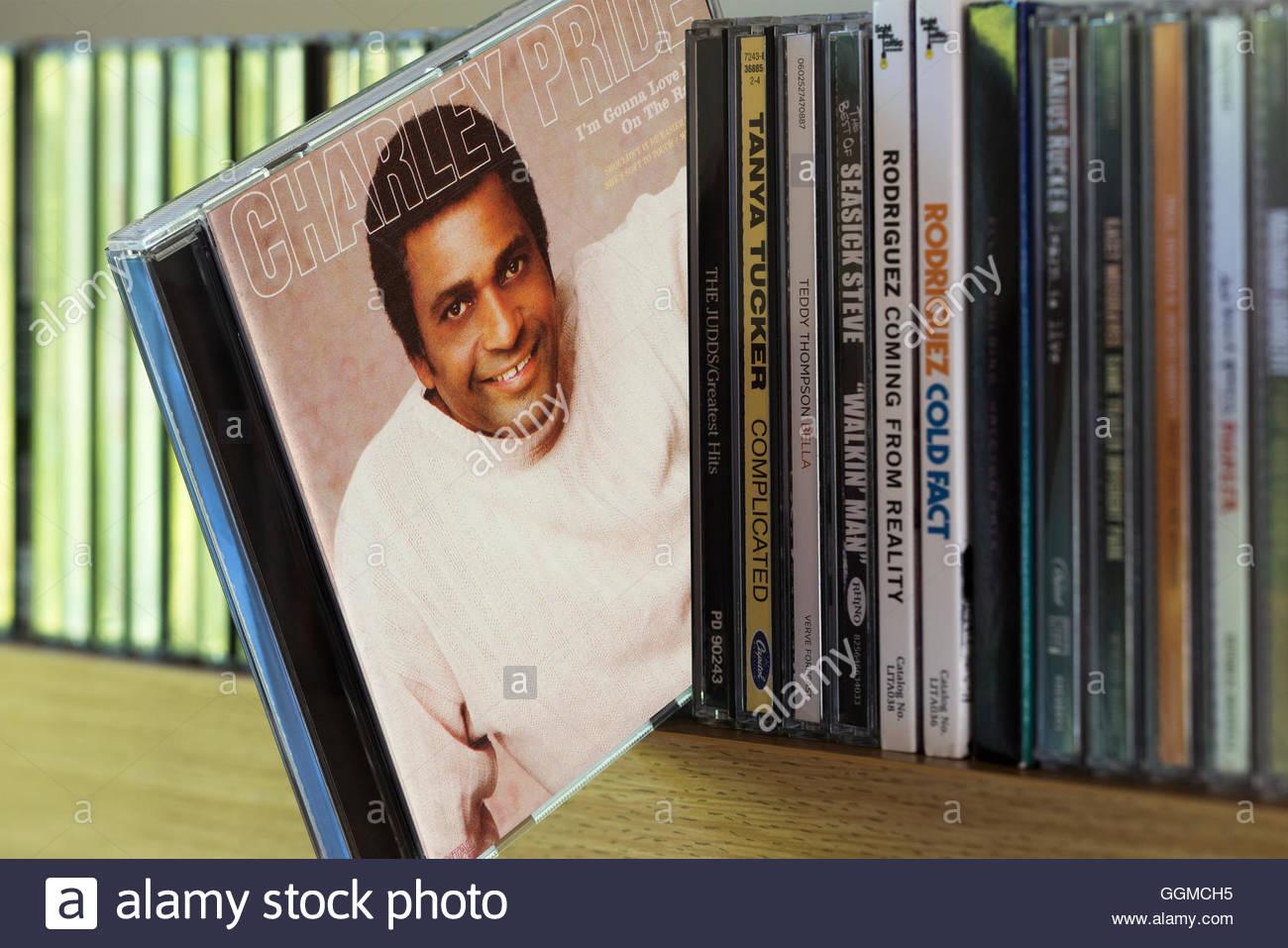 Charley Pride mi stupirà il suo amore sulla Radio CD tirata fuori da tra gli altri CD su un ripiano Immagini Stock