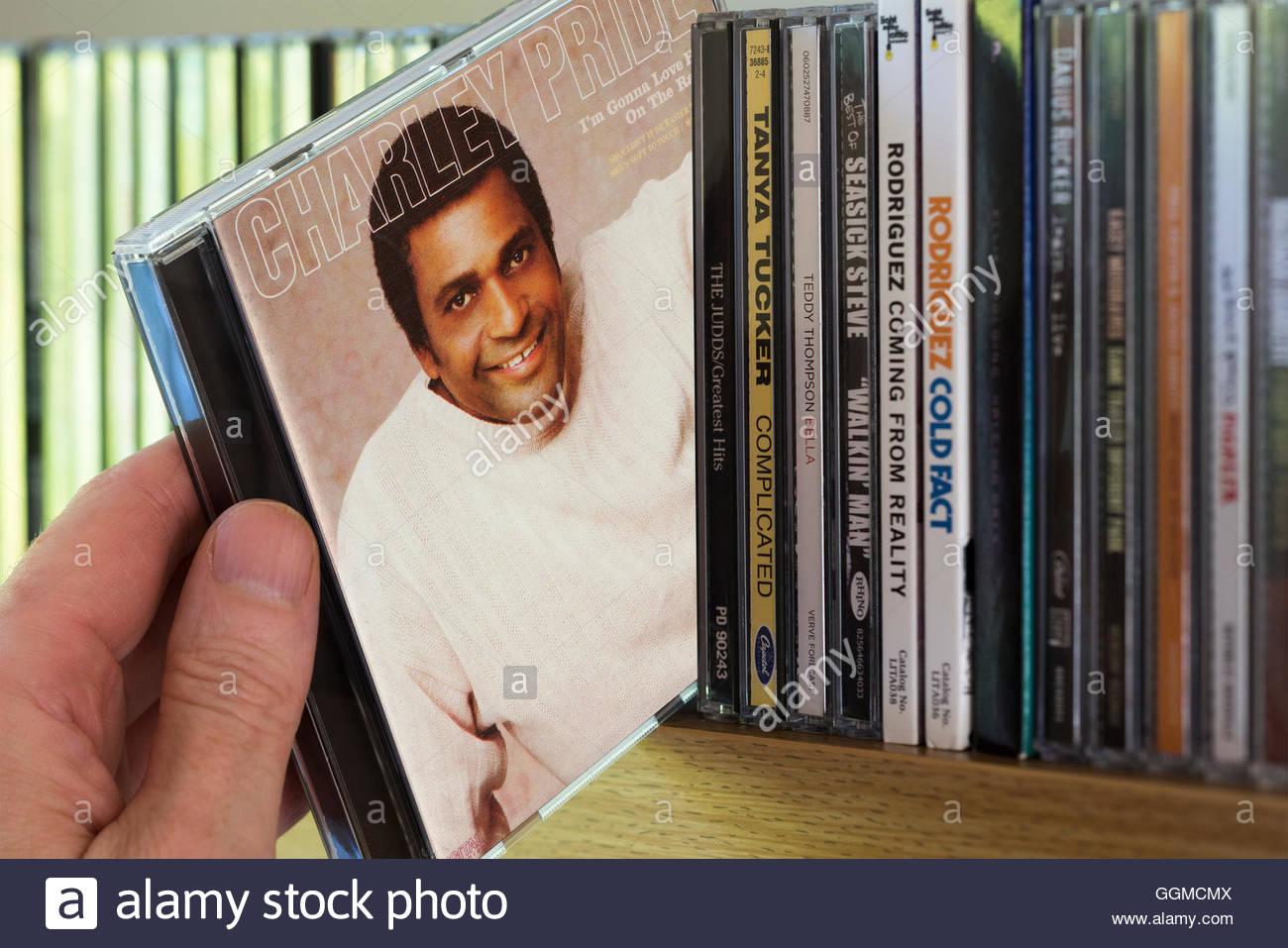 Charley Pride mi stupirà il suo amore sulla Radio CD essendo scelto da un ripiano di altri CD Immagini Stock