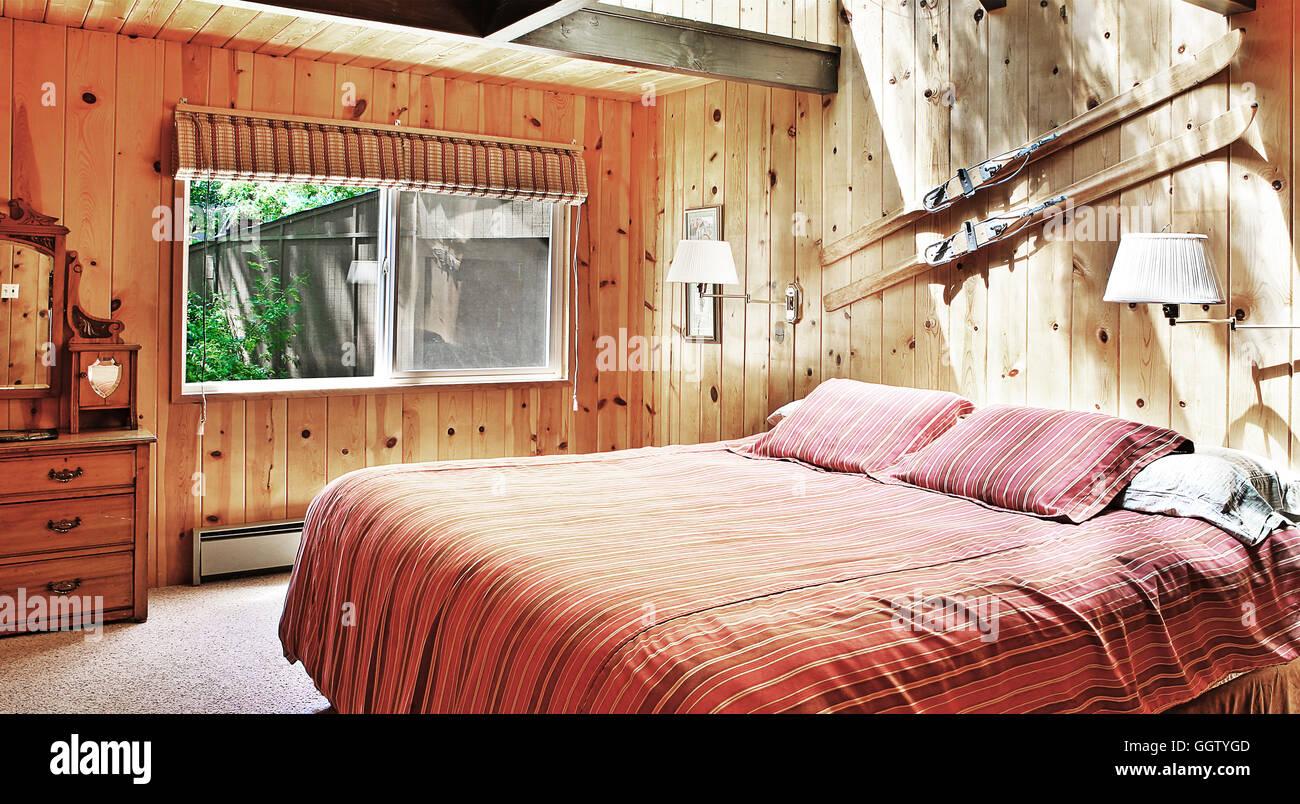 Camera da letto rustica Foto & Immagine Stock: 113645181 - Alamy