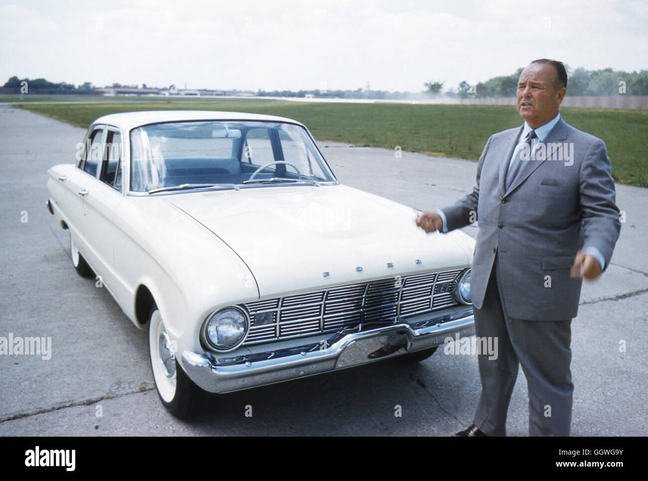 George W. Walker, automotive designer, con un 1960 Ford Falcon. Immagini Stock