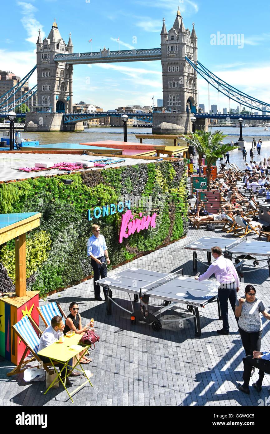 Tennis da tavolo ping pong gioco in corso su Londra più complesso per uffici riverside le aree per il tempo Immagini Stock