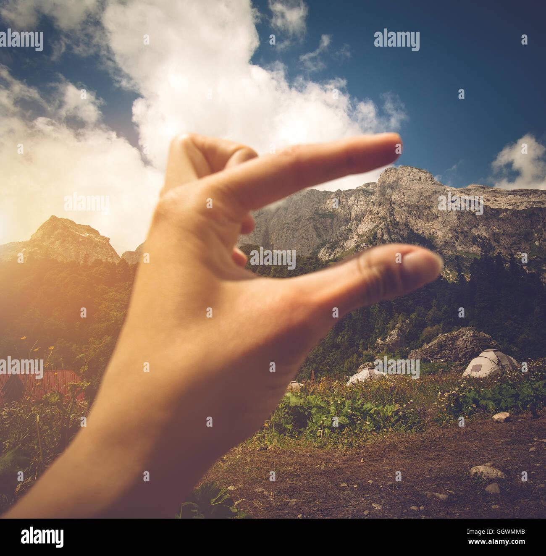 Donna Scala a mano altezza di montagna dal campeggio di viaggio il concetto di stile di vita viaggio estate vacanze Immagini Stock