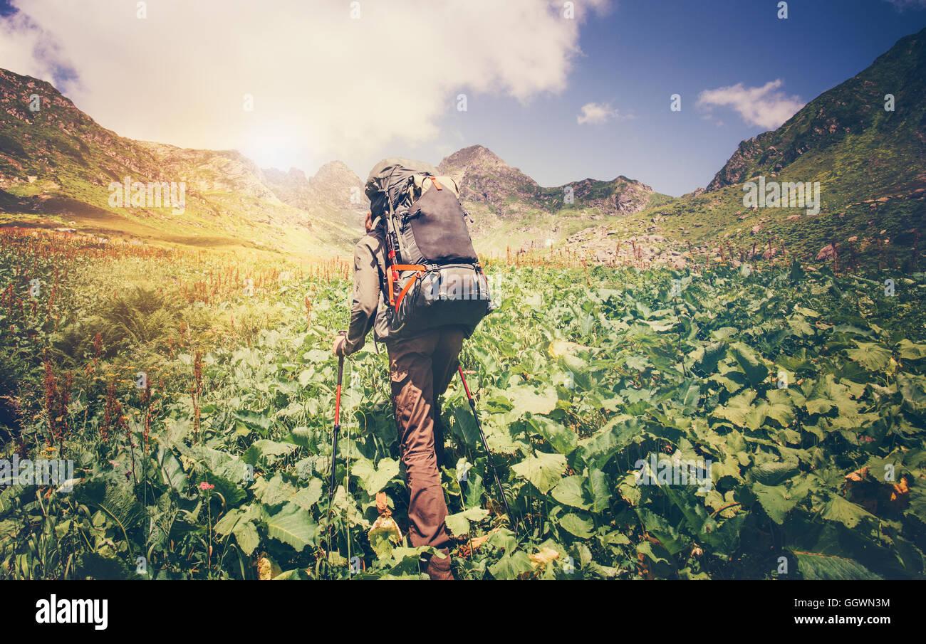 Uomo di viaggiatori con zaino alpinismo viaggio concetto Lifestyle montagne sullo sfondo Estate viaggio vacanze Immagini Stock