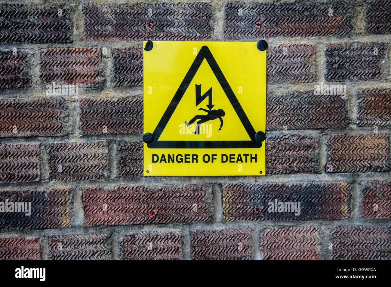 """""""Pericolo di morte"""" segno su un muro di mattoni - Berkhamsted, Regno Unito Immagini Stock"""