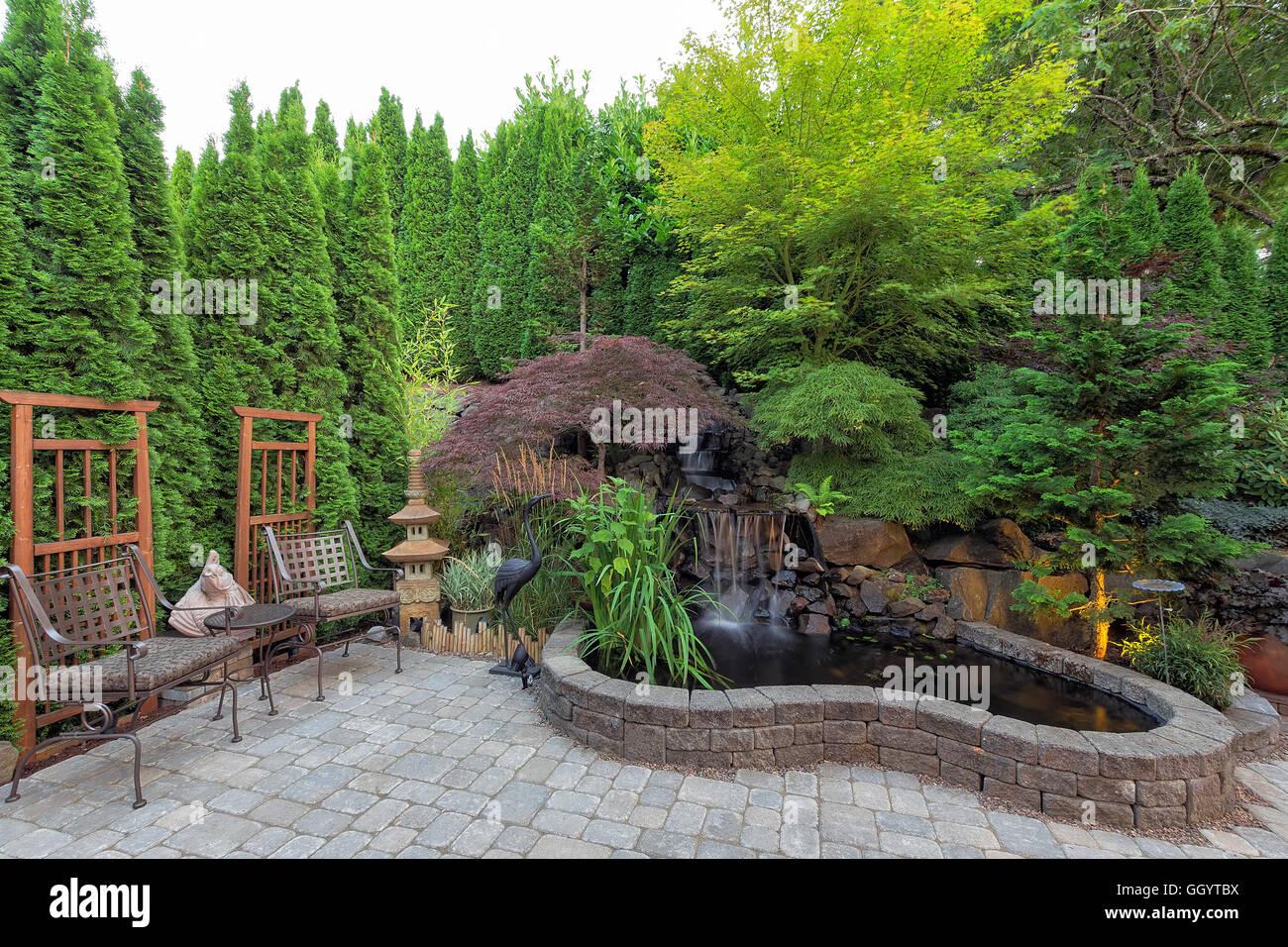 Laghetto Con Cascata Da Giardino : Cortile paesaggistico giardino con laghetto cascata alberi piante